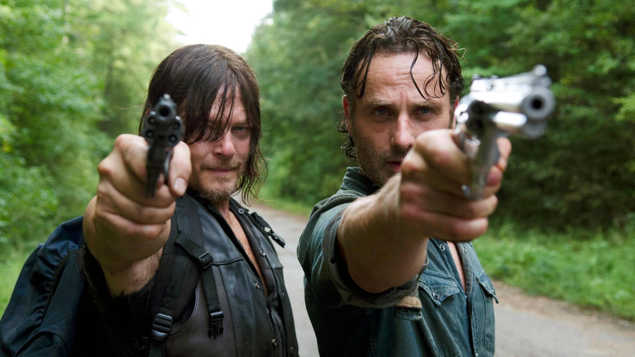 """Daryl (l.) und Rick (r.) in Aktion: Diesen Anblick dürften wir in Staffel 8 von """"The Walking Dead"""" wohl so einige Male genießen."""