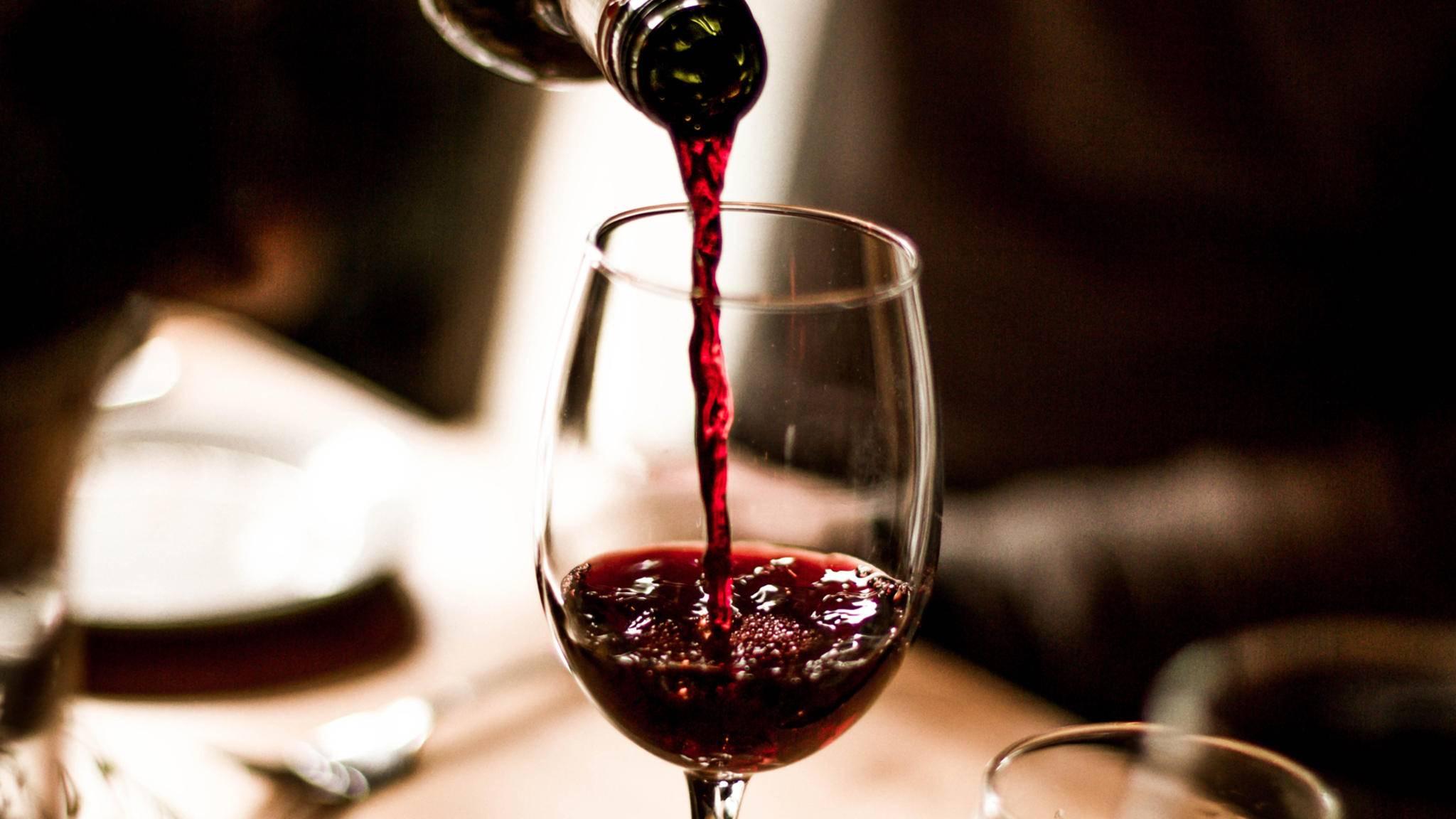 Beim Weineinschenken geht unweigerlich so mancher Tropfen daneben.