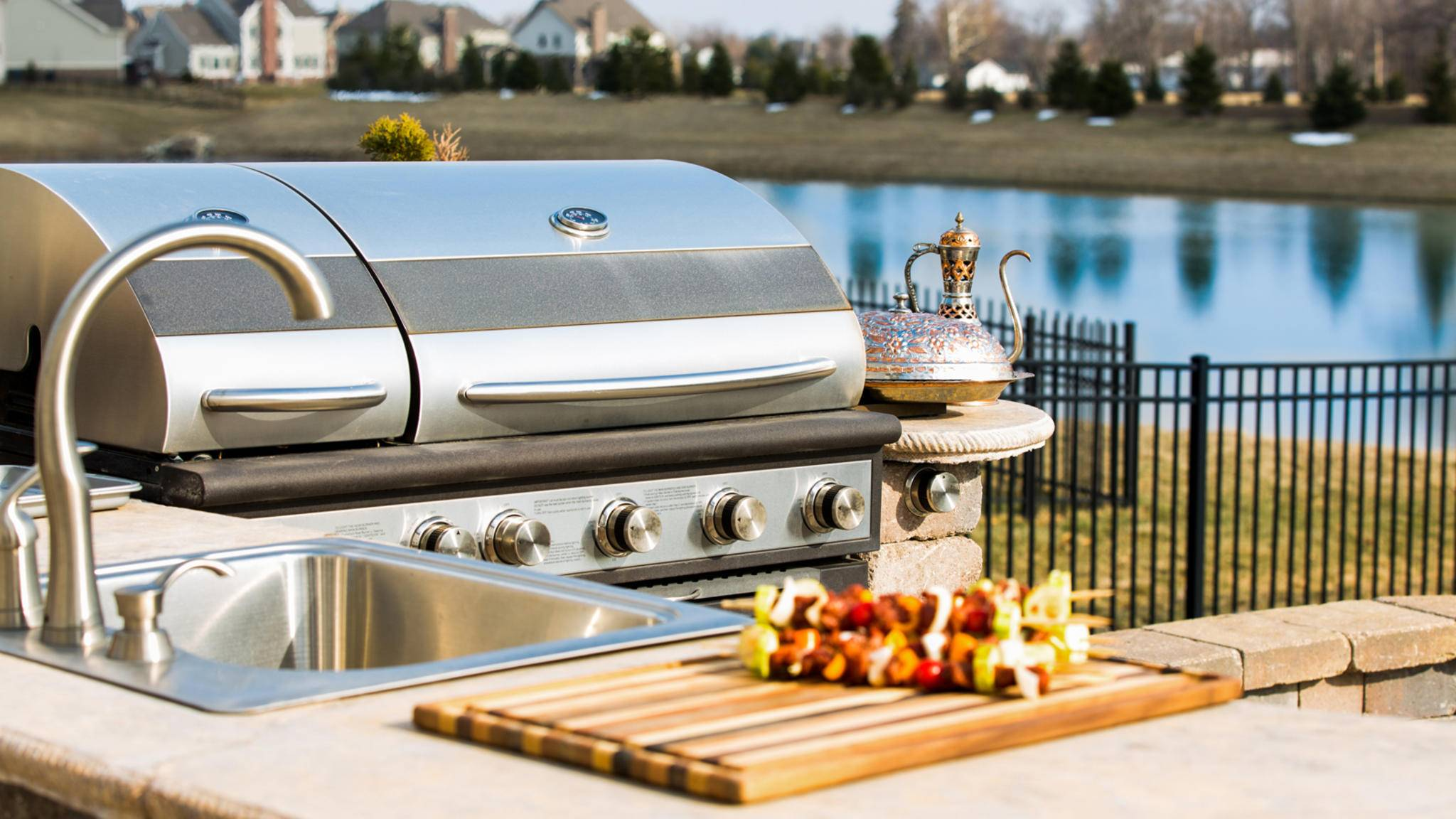 Vorbereiten, grillen, spülen – je nach Ausstattung kannst Du in einer Outdoor-Küche alle Handgriffe im Freien tätigen.