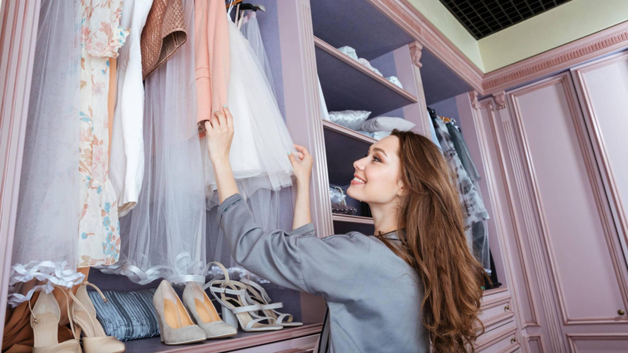 Mit einigen simplen Tricks findet jedes Teil den idealen Platz in Deinem Kleiderschrank.