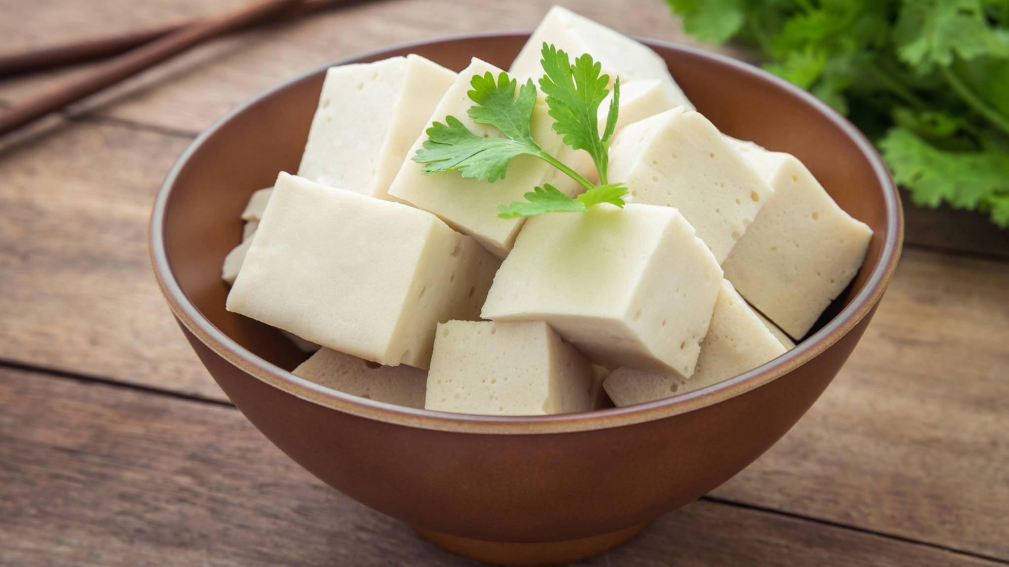 Tofu versorgt Dich auf abwechslungsreiche Weise mit Proteinen und ist nicht nur gesund, sondern auch lecker.
