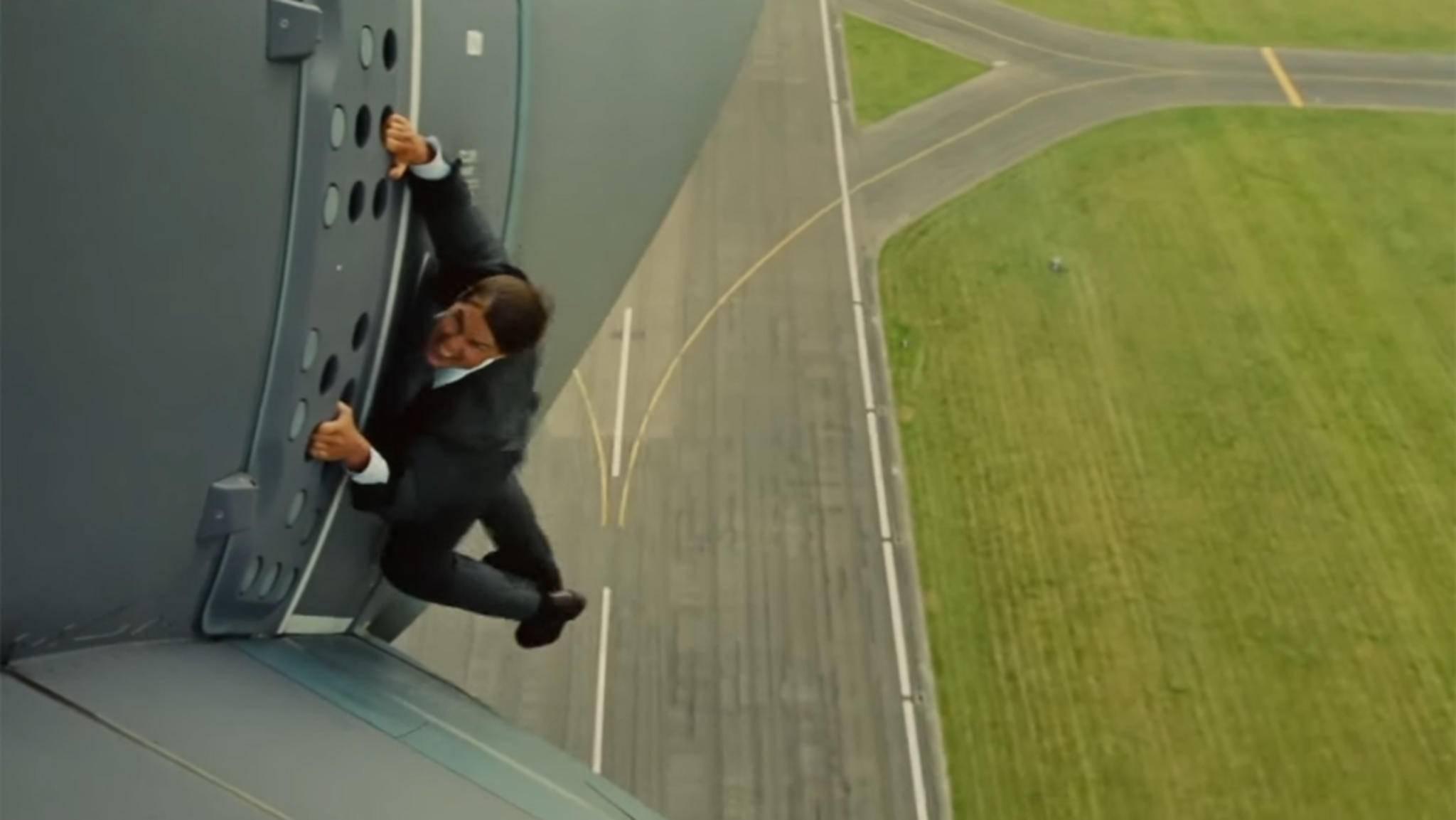 """In """"Mission: Impossible – Rogue Nation"""" hing Tom Cruise an einem Flugzeug. Im sechsten Teil sollen seine Stunts noch krasser werden."""