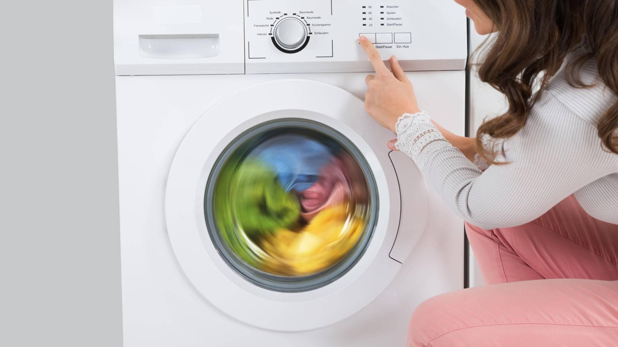 Meist reicht es schon, bei niedrigen Temperaturen von 30 oder 40 Grad Wäsche zu waschen.