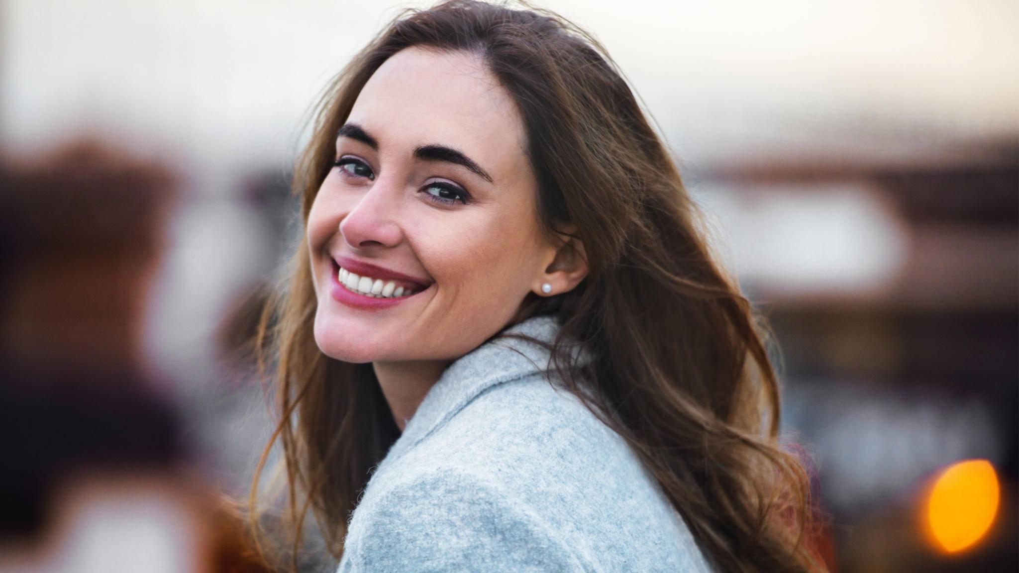 Ein strahlendes Lächeln gehört zu den sichersten Tipps, die Dich sofort attraktiver wirken lassen.