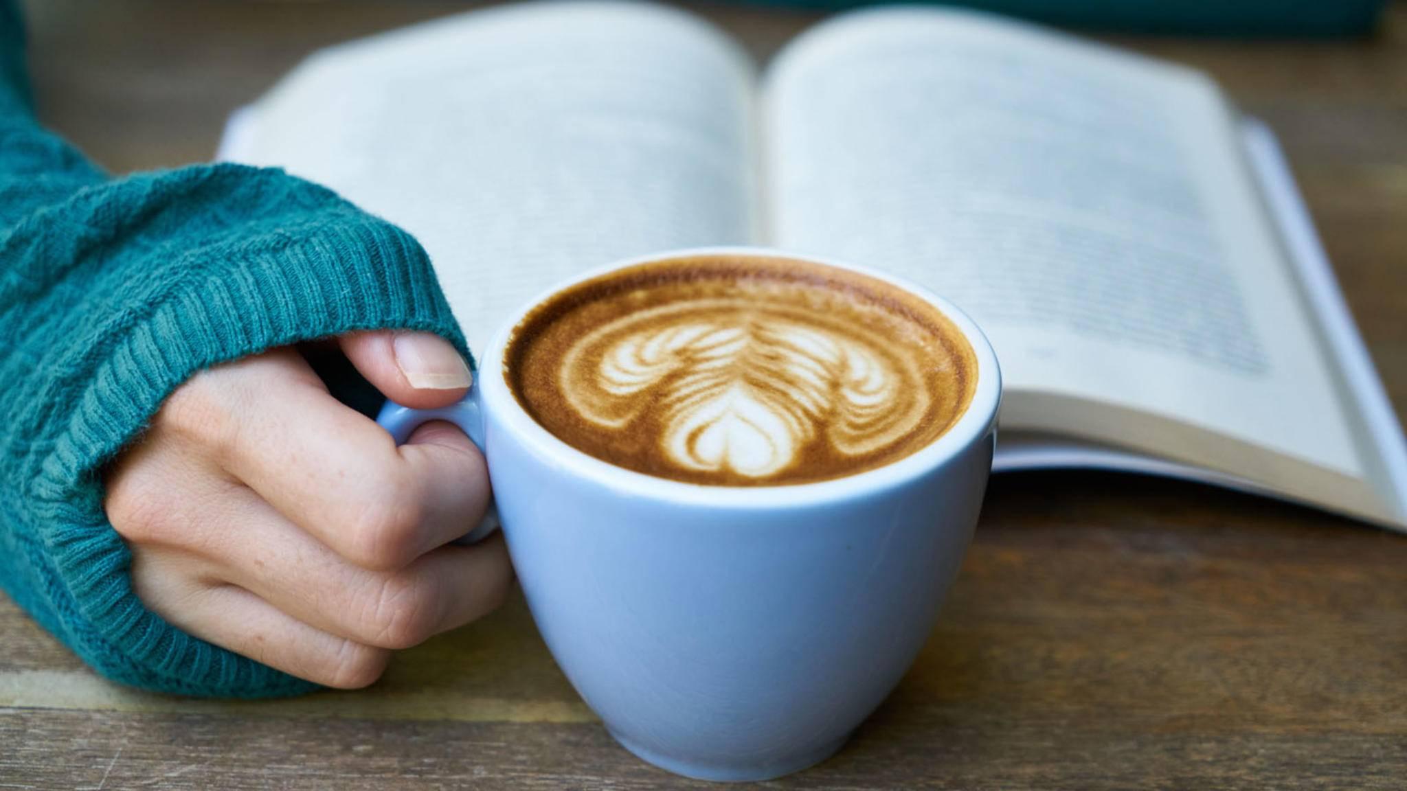 Latte Art gehört zu Cappuccino und Co. einfach dazu, aber welche Milch eignet sich eigentlich am besten zum Aufschäumen?