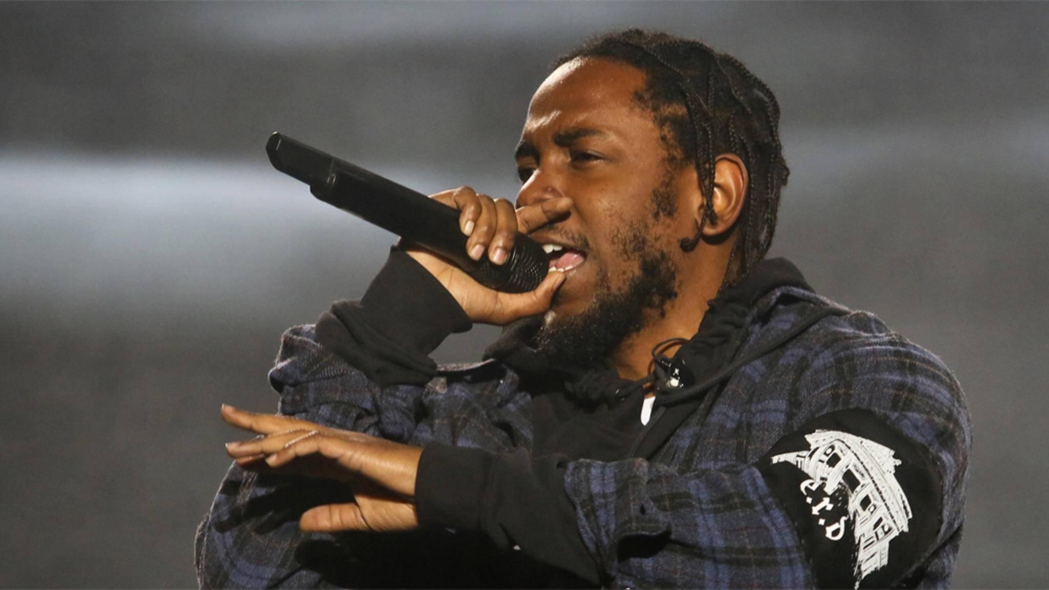 """""""Bescheidenheit ist eine Zier..."""" – aber nur für andere. Kendrick Lamar trägt im Video zu """"Humble."""" jedenfalls ziemlich dick auf."""