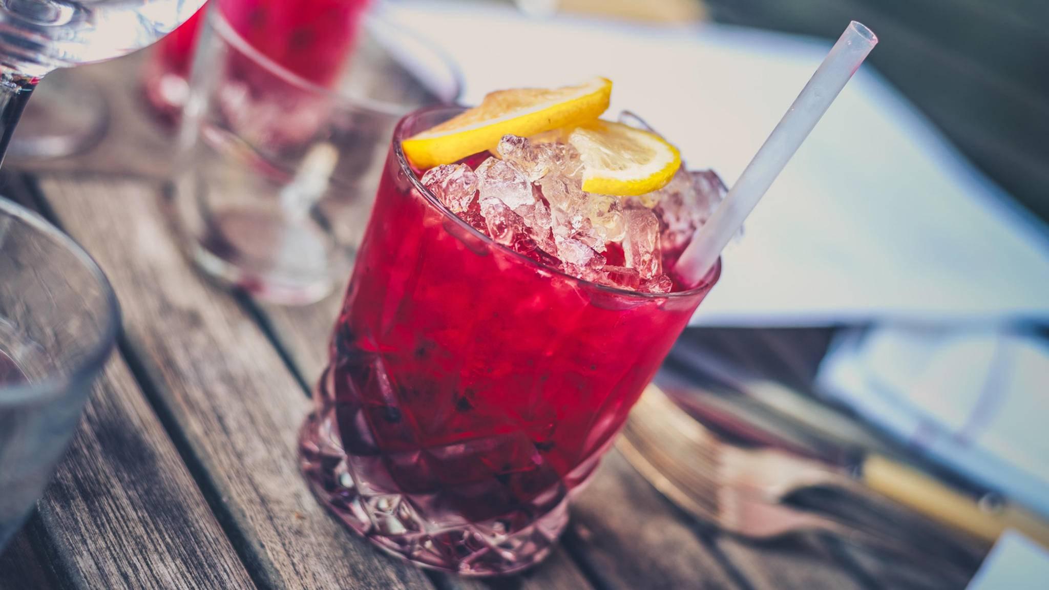 Mixgetränke aus Alkohol und Energy-Drinks sind gefährlich.