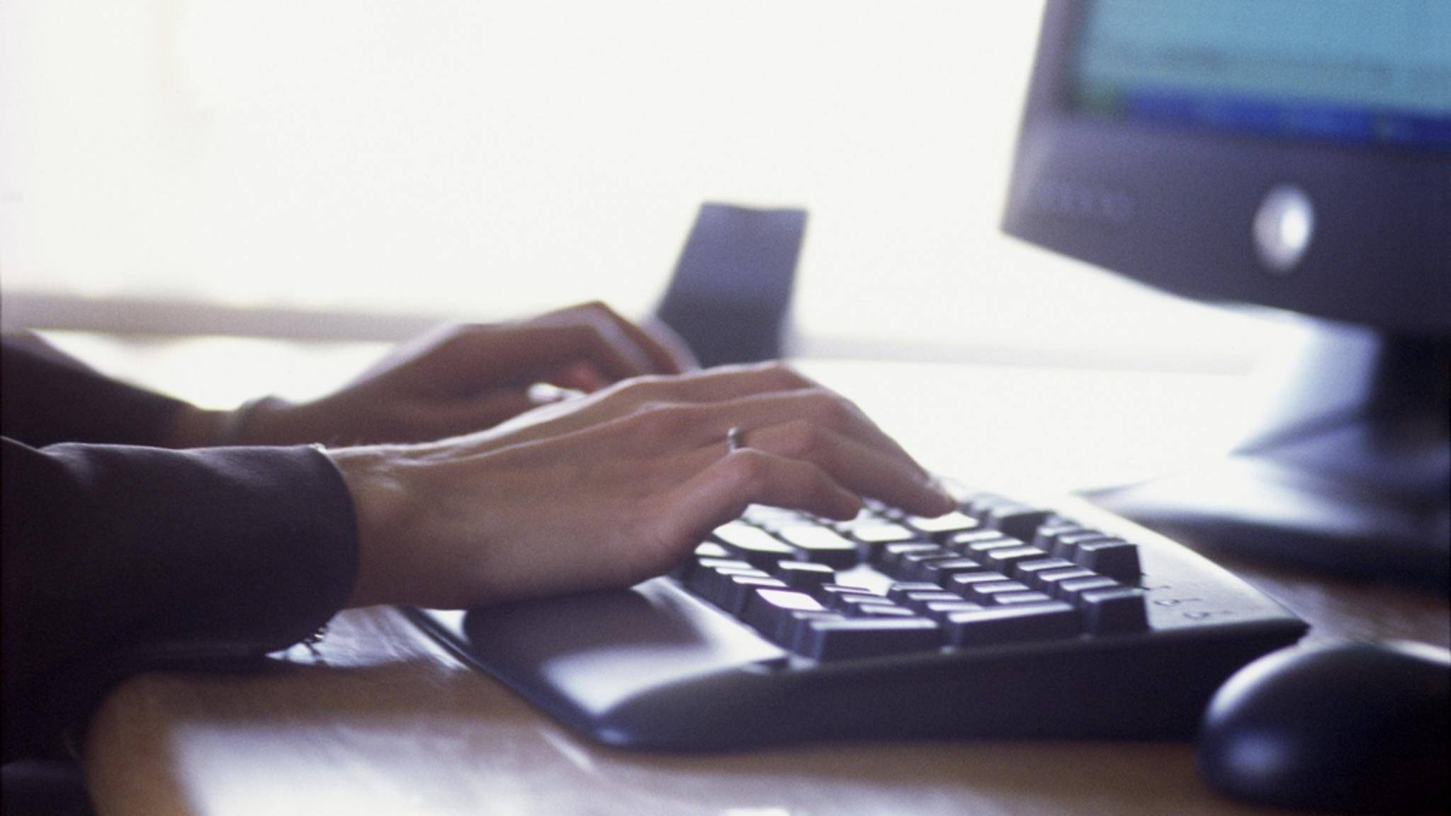 Mit zehn Fingern auf einer Tastatur zu schreiben kannst Du auch noch im Erwachsenenalter lernen. Wir zeigen Dir mit welchen Programmen das gelingt.