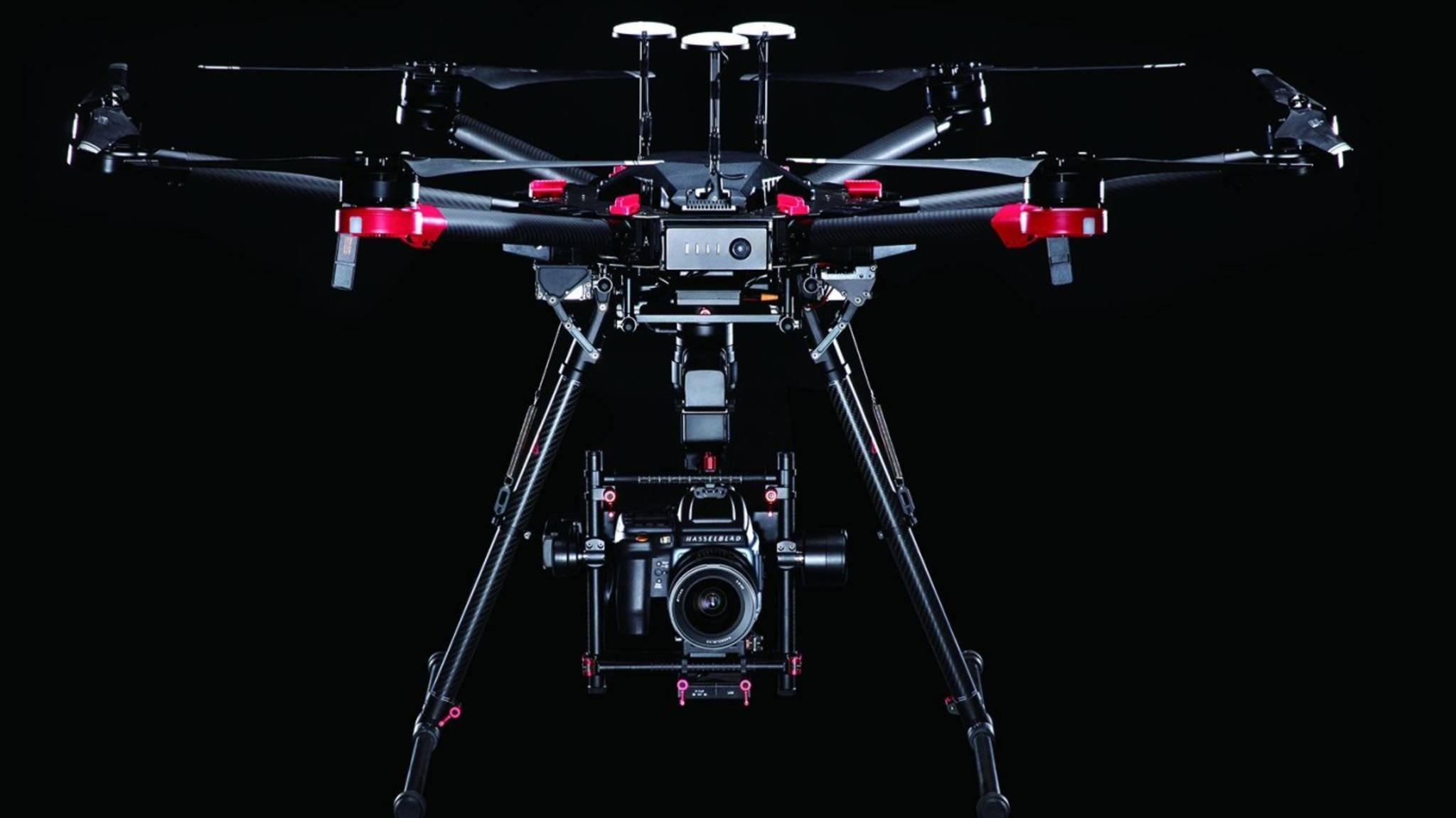 Die Kamera-Drohne von DJI und Hasselblad verbindet eine hochwertige Systemkamera mit einer Profi-Drohne.