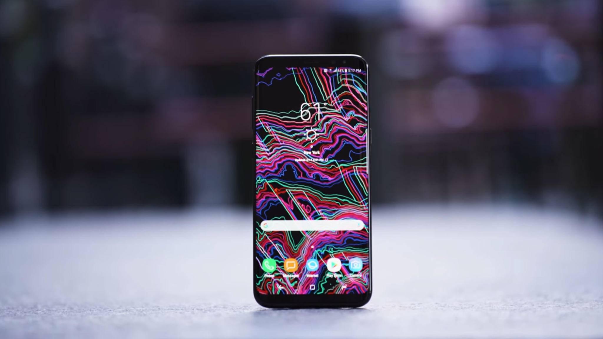 Sollte besser nie die direkte Bekanntschaft mit harten Oberflächen machen: Das Galaxy S8 steckt Stürze nur schlecht weg.