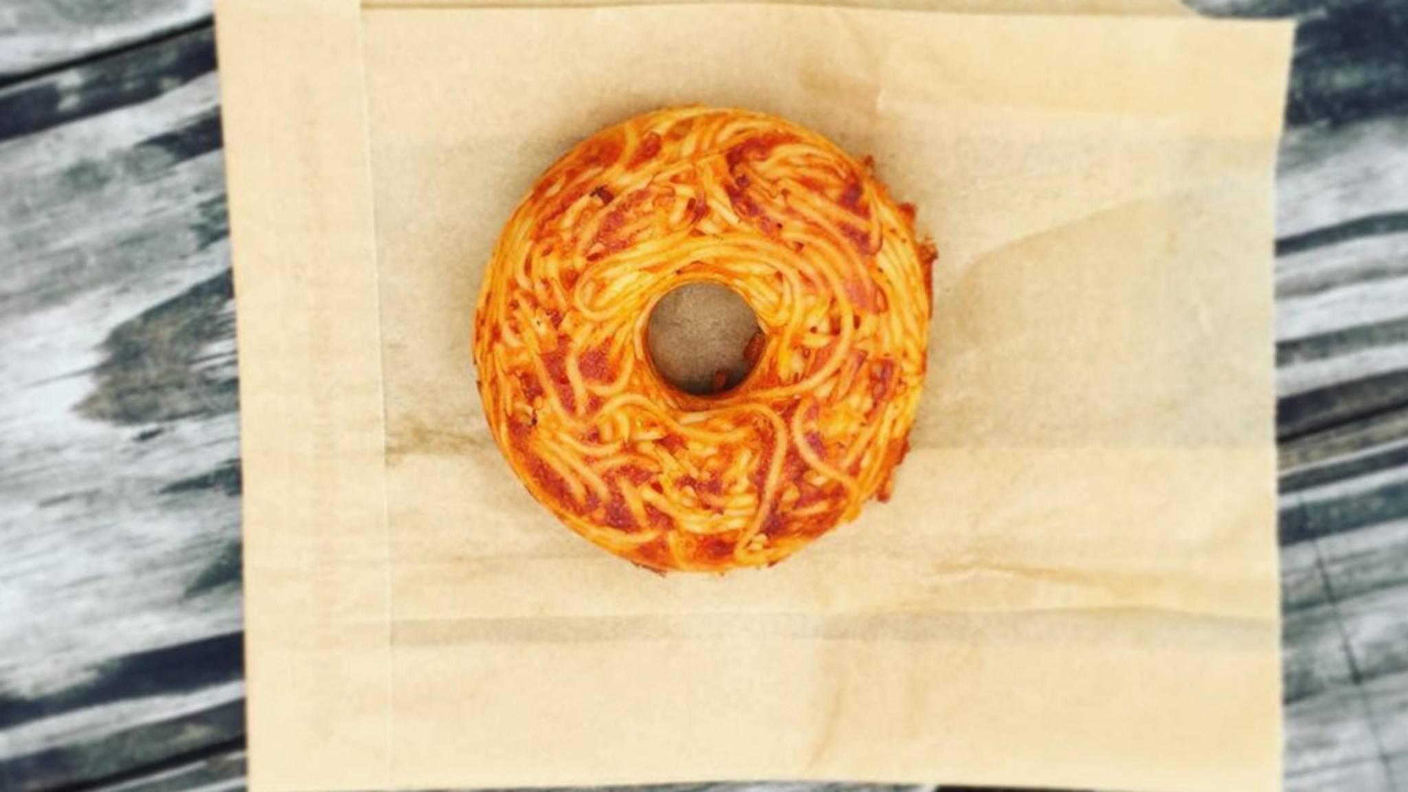 Ob das schmeckt? Spaghetti und Donuts gehen eine kulinarische Verbindung ein.