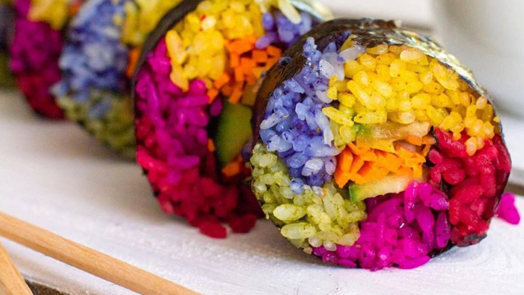 Der Foodtrend Rainbow-Sushi lässt die Instagram-Gemeinde nicht mehr los.