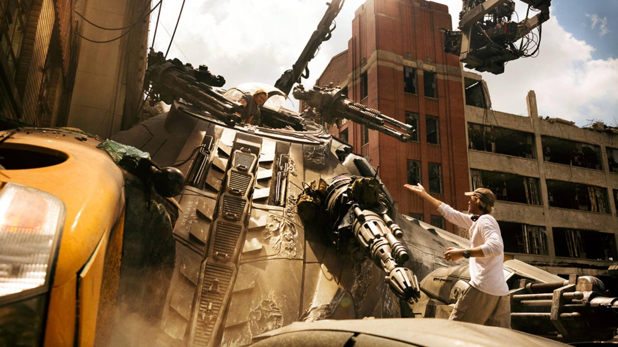 "Michael Bay am Set von ""Transformers: The Last Knight""."