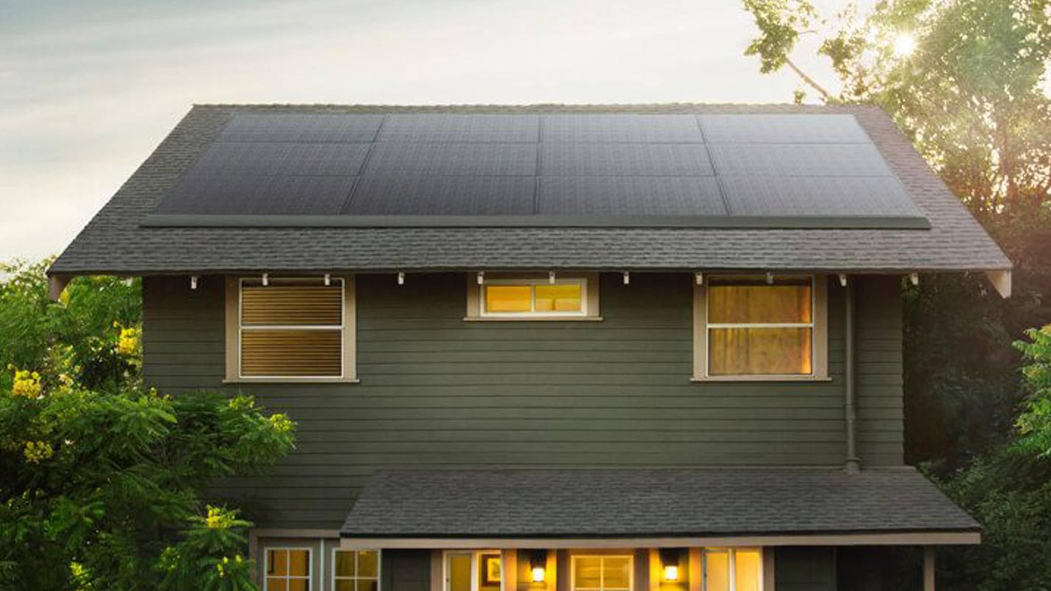Die neuen Solaranlagen von Tesla sollen sich möglichst unauffällig an jedes Dach anschmiegen.