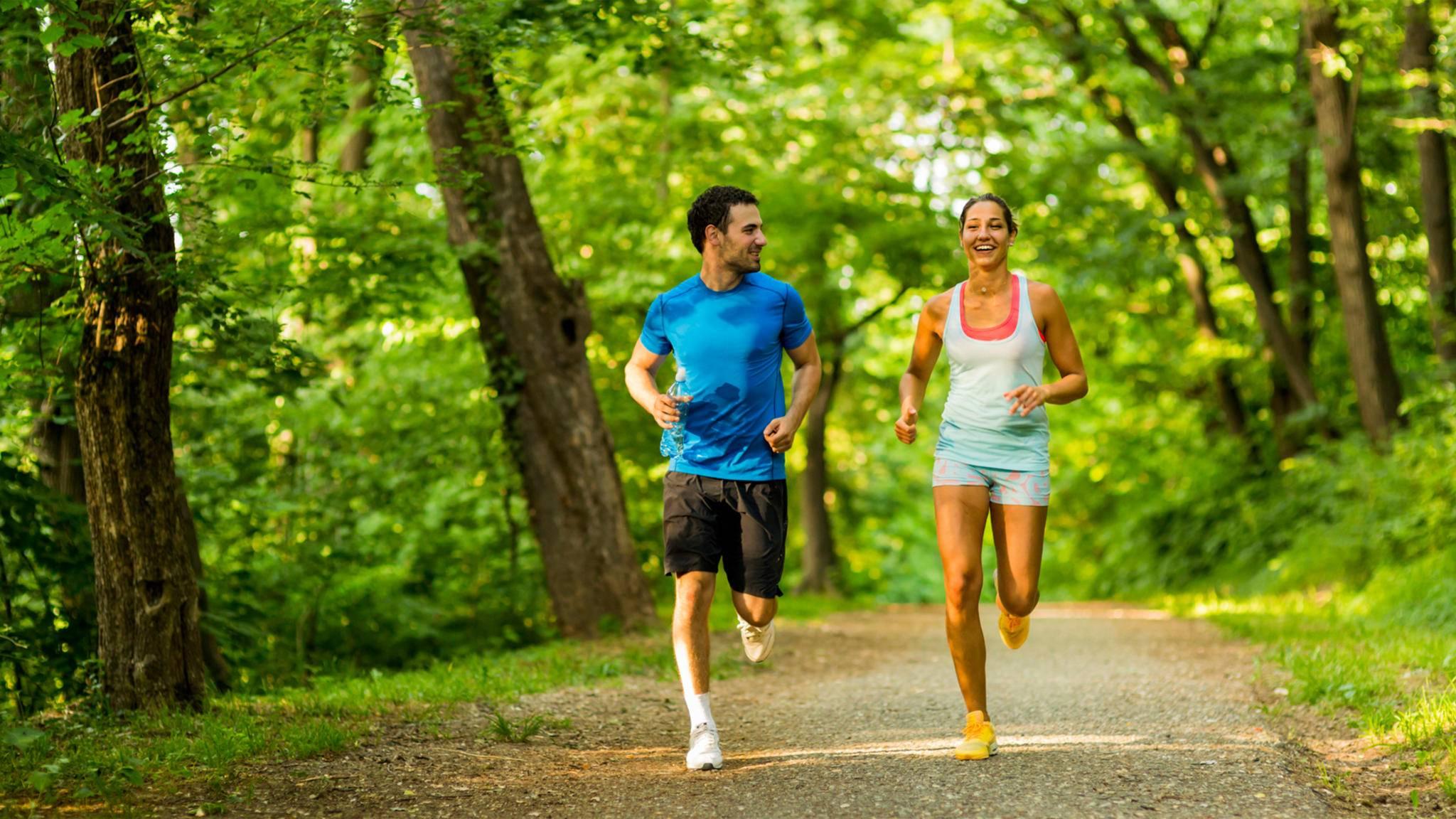Ein Seitenblick auf die sportlichen Leistungen der Freunde kann äußerst motivierend wirken.
