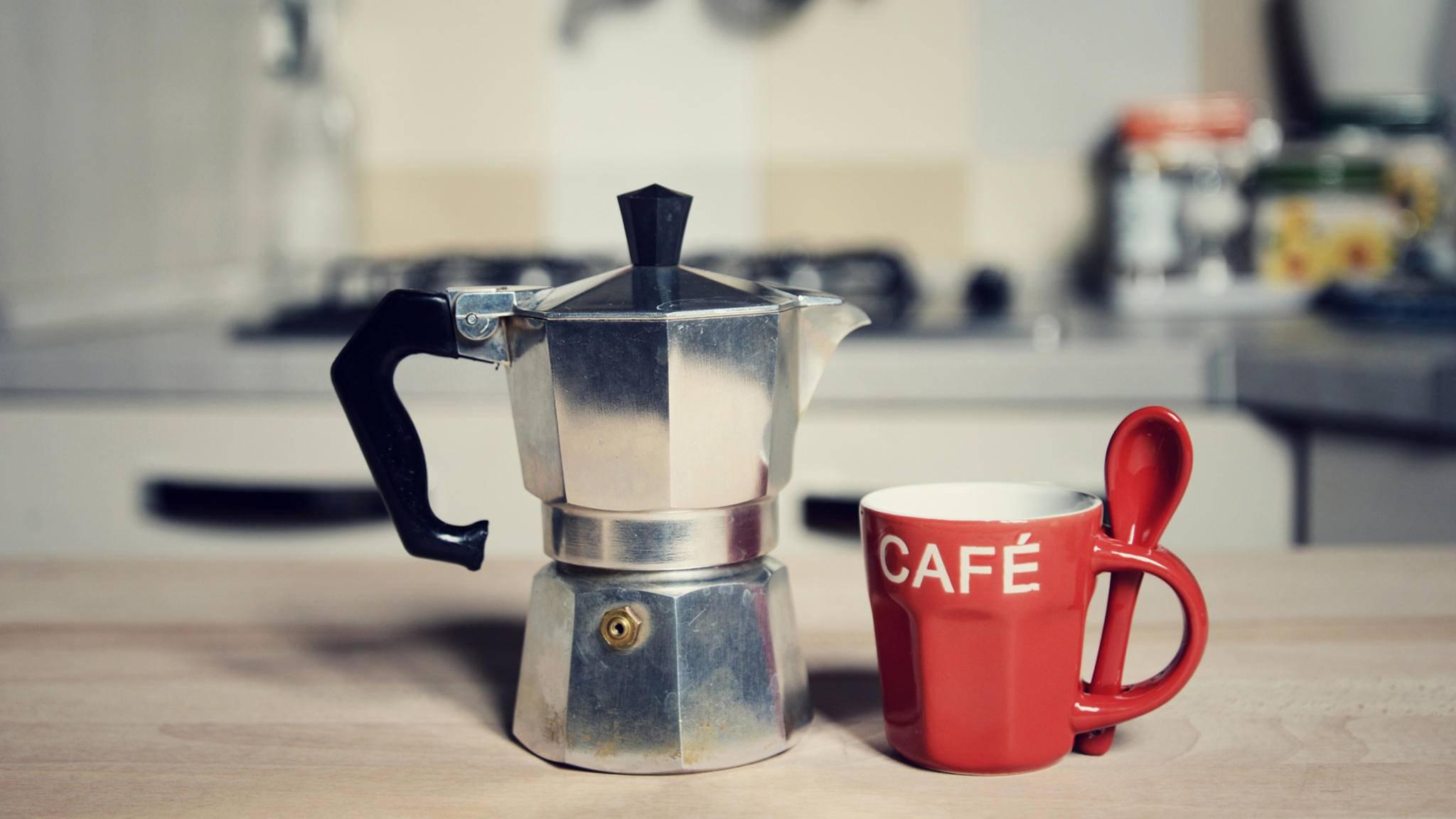 Mit dem Espressokocher kannst Du Kaffee am Herd zubereiten.