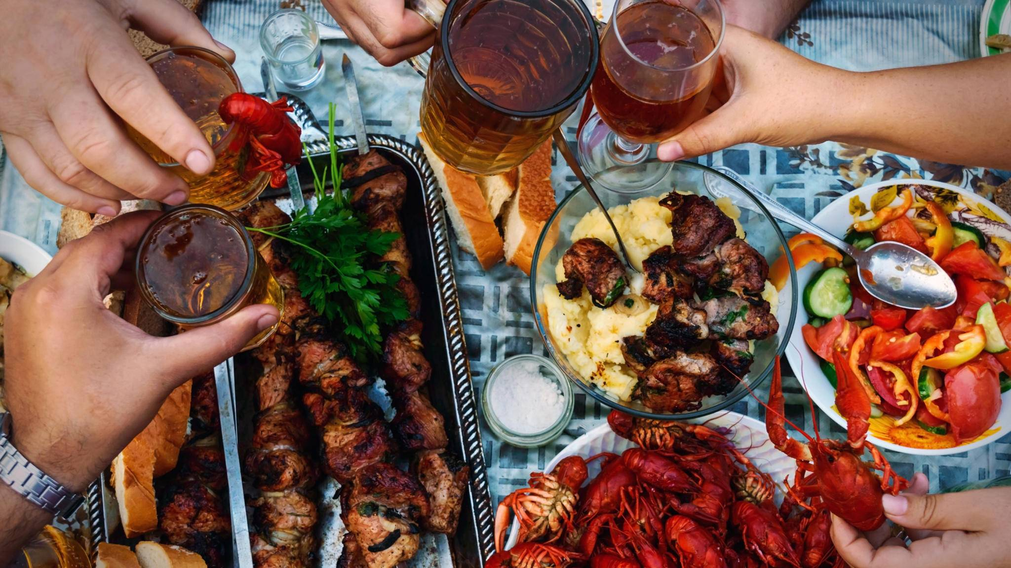Beim ungezwungenen Essen bei Einheimischen lernt man ein Land am besten kennen.