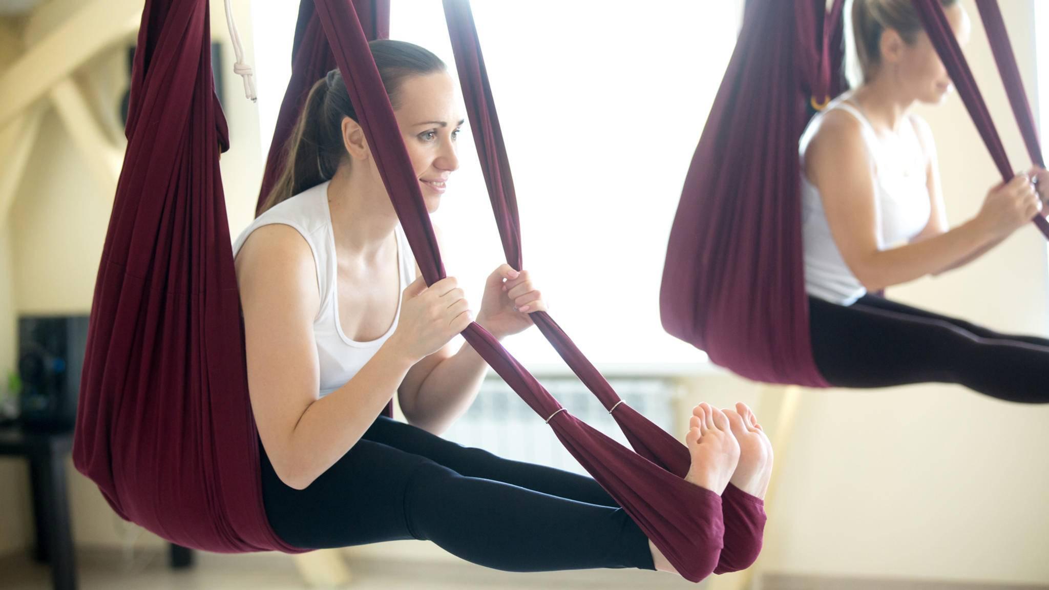 Nicht durchhängen! Aerial Yoga ist anstrengender, als es aussieht.