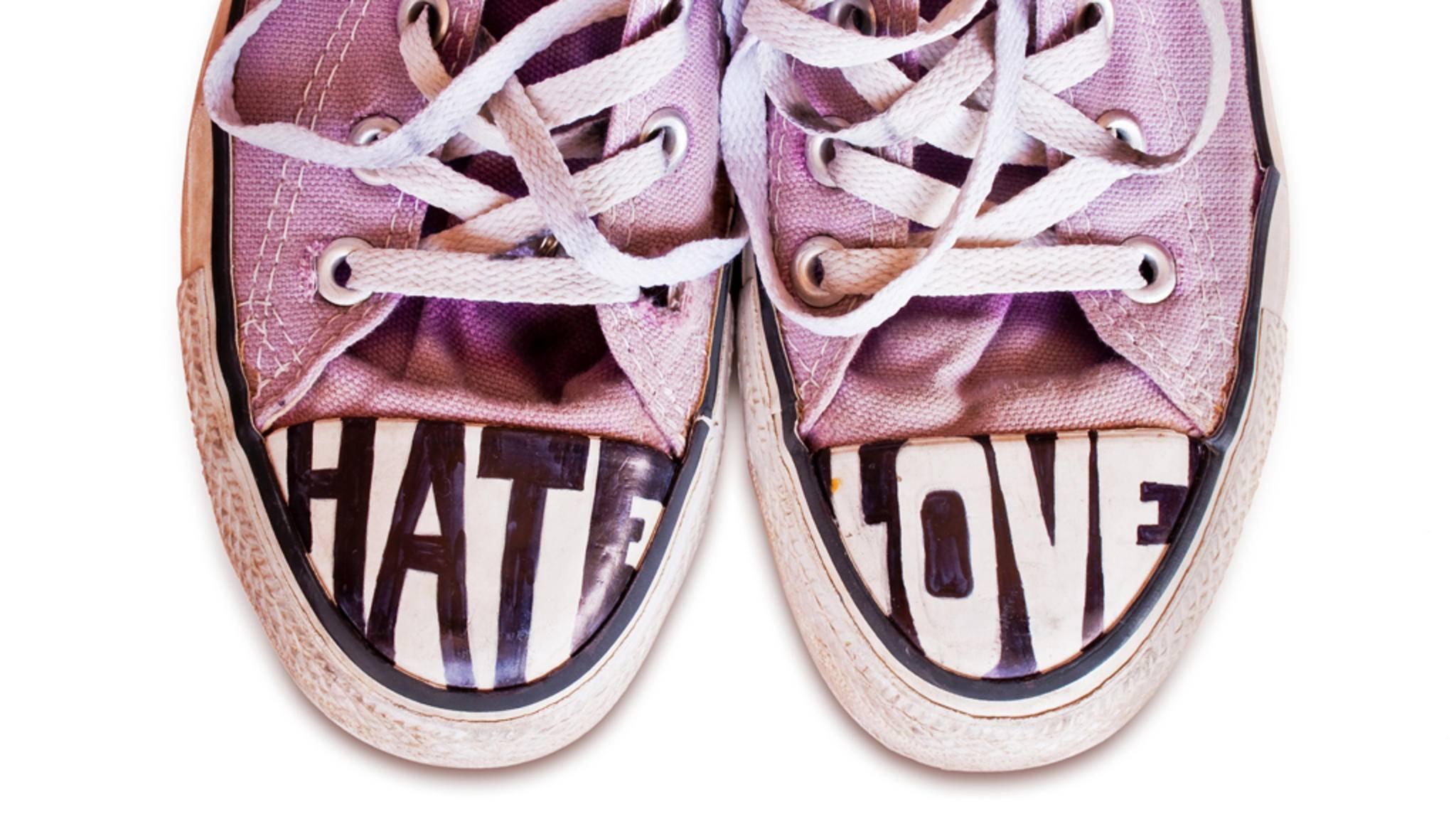 Sneaker anmalen? 2017 liegt das Kritzeln voll im Trend.