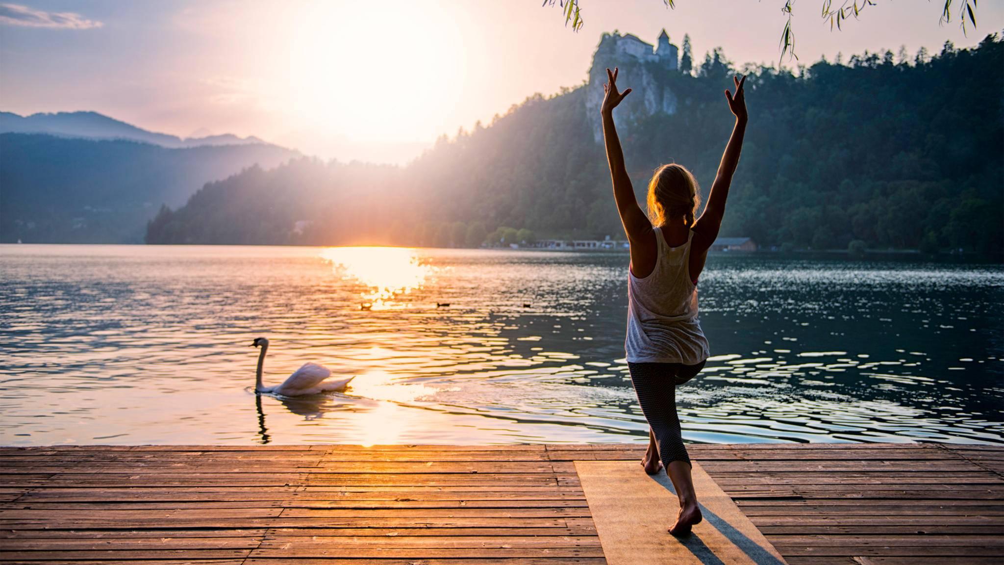 Mit dem Yoga-Sonnegruß wird die Ehrfurcht vor der Sonne ausgedrückt.