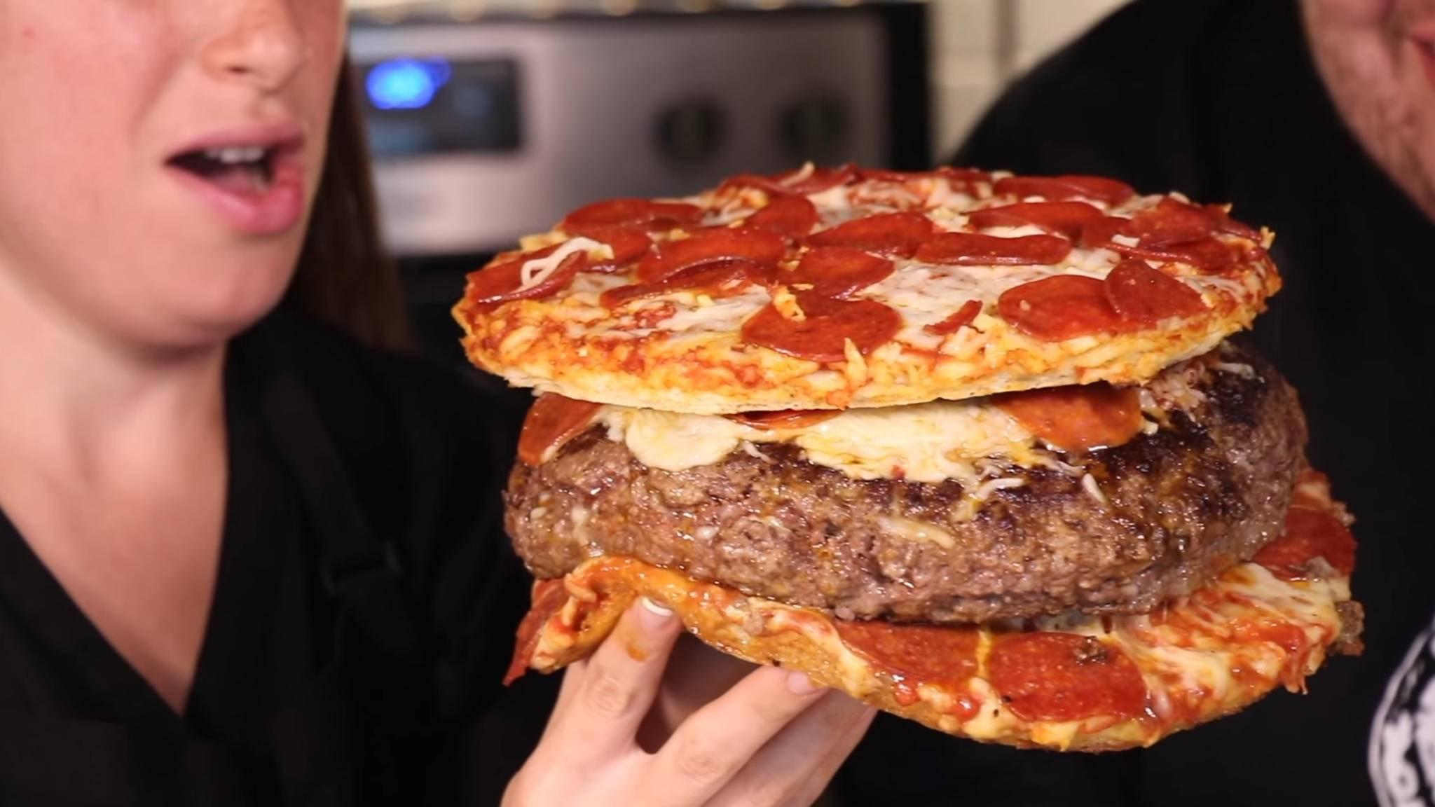 Für den Fastfood-Fan, der schon alles gegessen hat: die Pizza in einem Burger in einer Pizza.