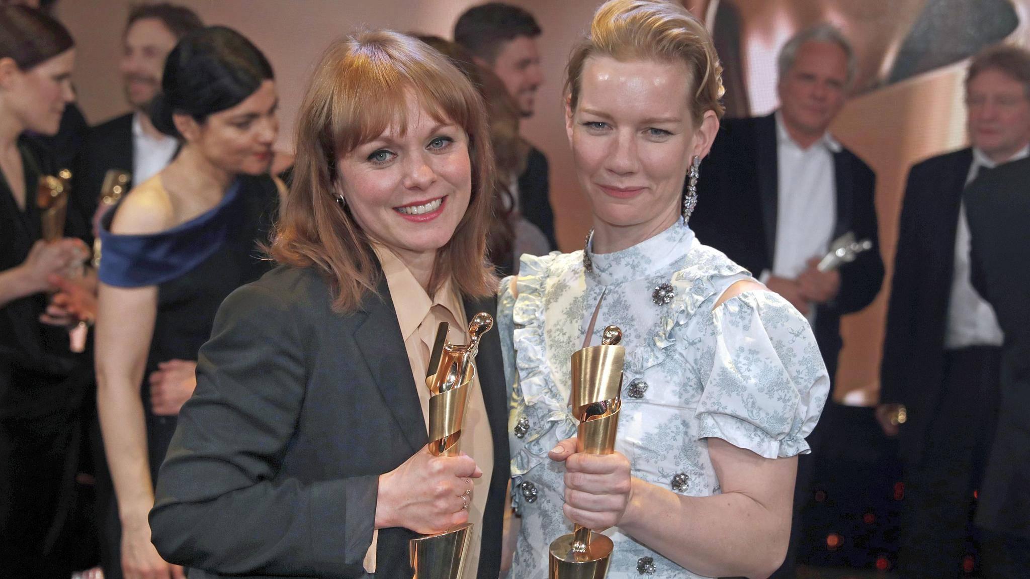 """Stolze Abräumerinnen: """"Toni Erdmann""""-Regisseurin Maren Ade (l.) und ihre Hauptdarstellerin Sandra Hüller."""