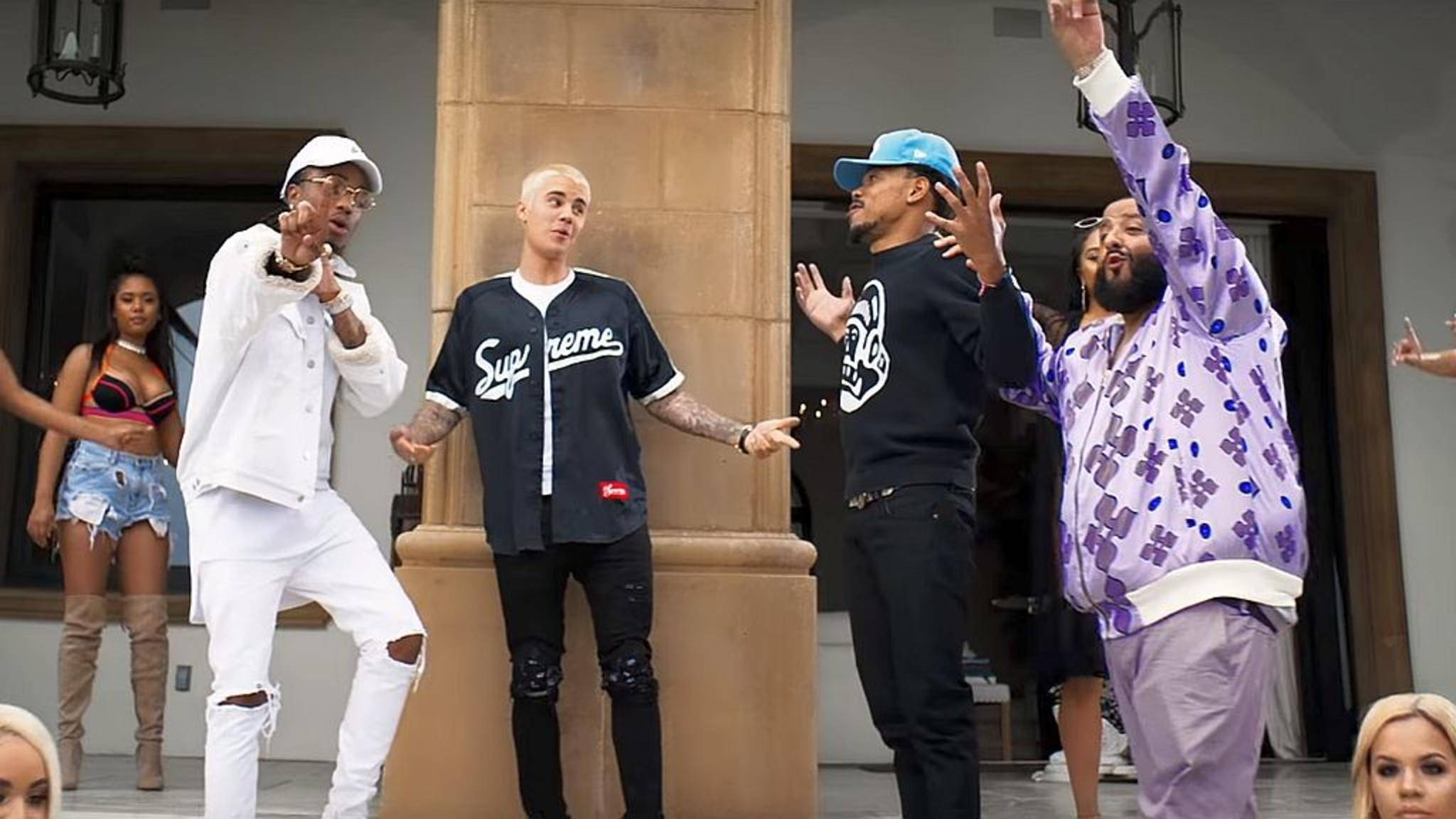 "Gute Laune in luxuriöser Umgebung: DJ Khaled (r.), Quavo (l.), Justin Bieber und Chance the Rapper im Musikvideo zu ""I'm the One""."