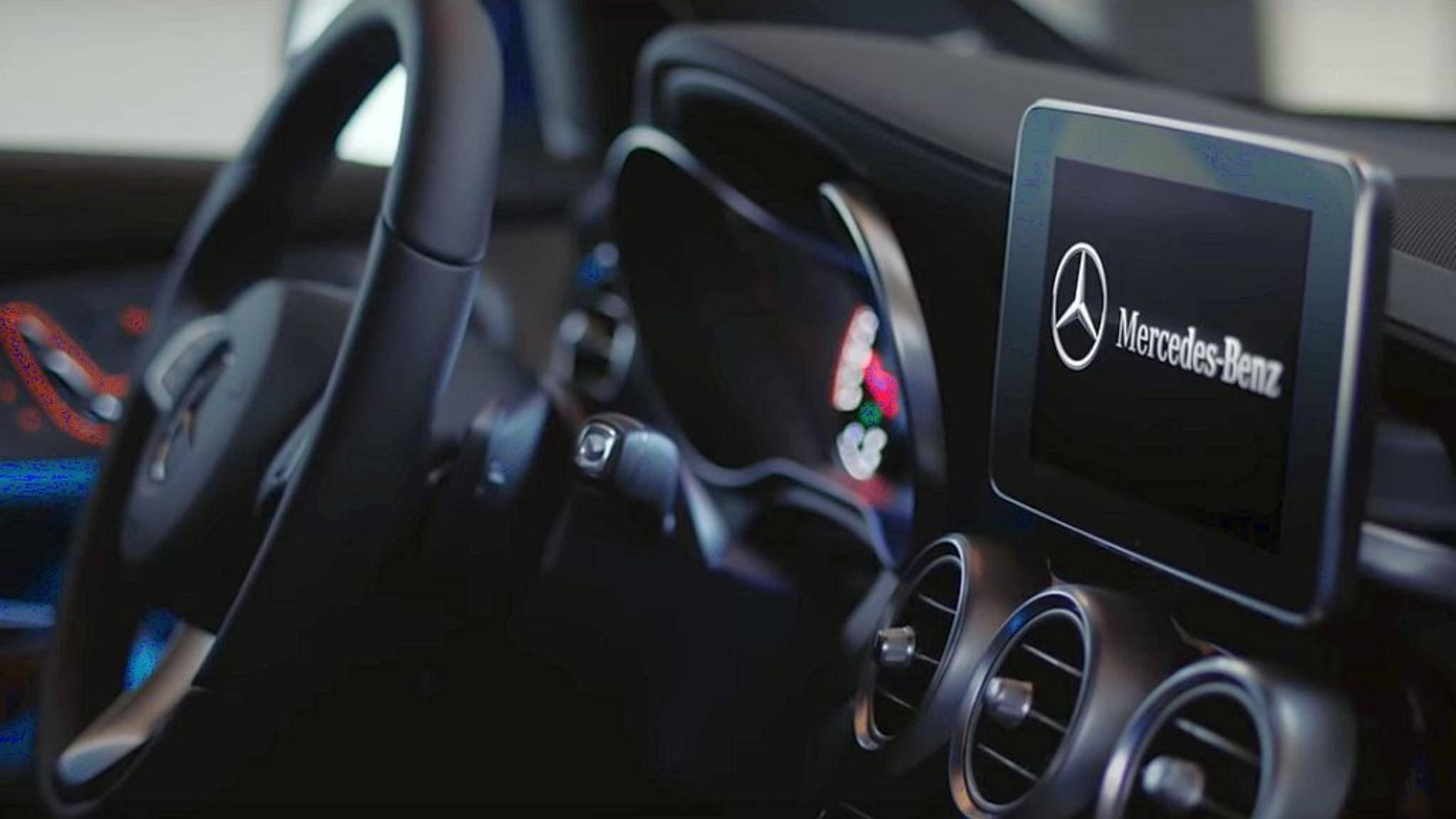 Ein Sprachbefehl via Google Home und Alexa genügt – und der Mercedes kalibriert sich von selbst.