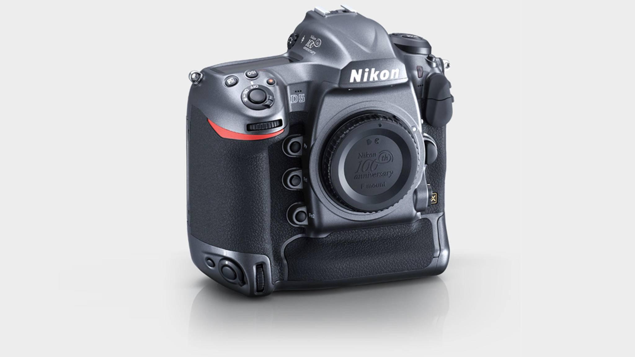 Zum Jubiläum bringt Nikon eine optisch leicht veränderte D5 auf den Markt.