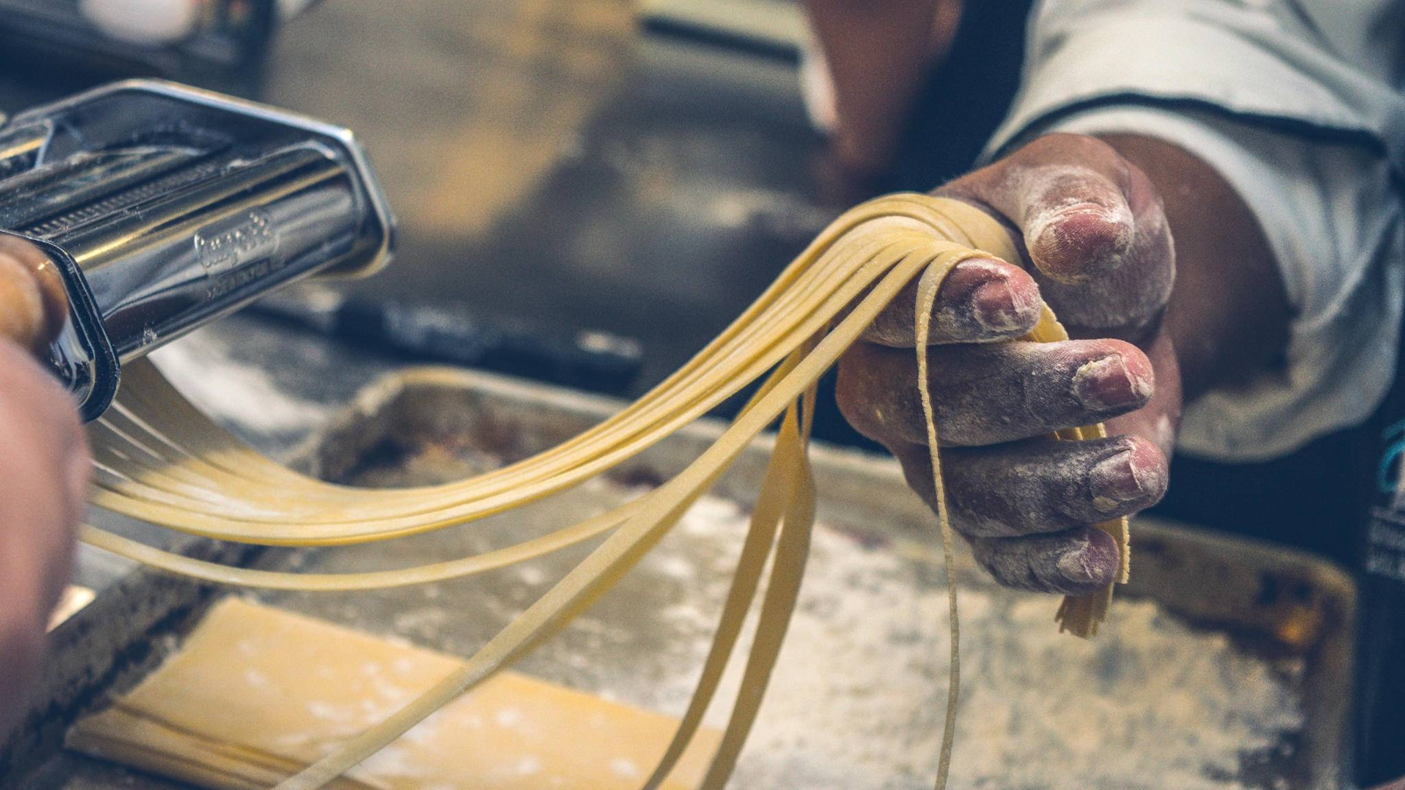 Mit frischen Nudeln aus der Nudelmaschine gibst Du Deinen Pasta-Künsten den letzten Schliff.
