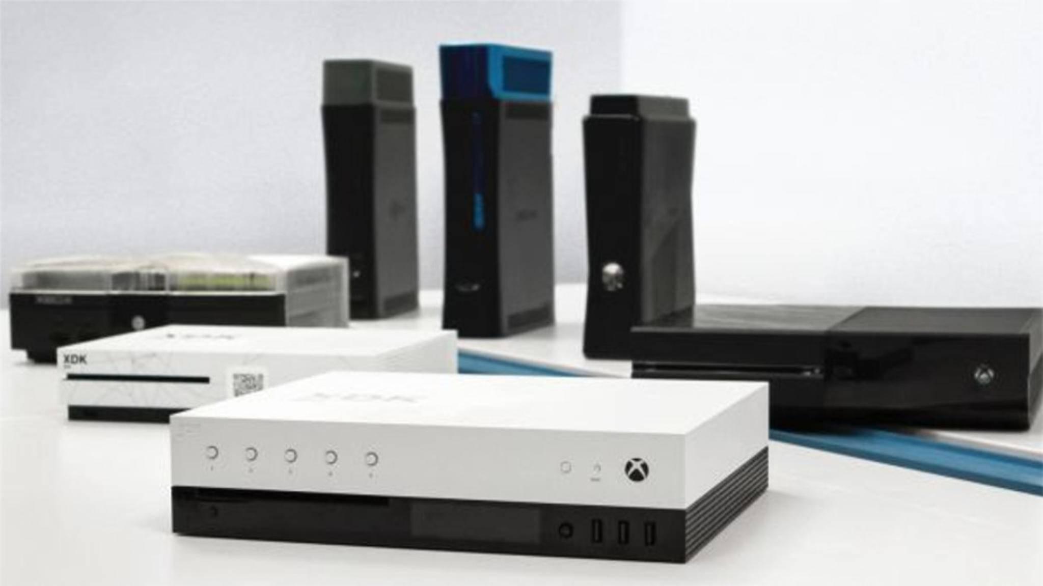 Familienfoto: Das Dev-Kit der Xbox Scorpio im Kreise seiner Vorgänger-Konsolen.