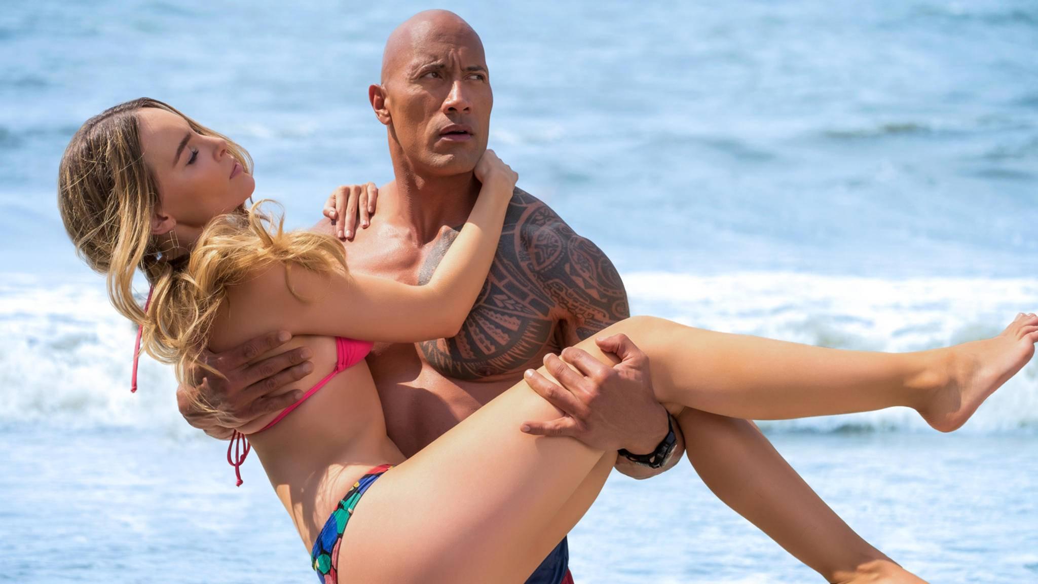 """Dank """"Baywatch"""" ging Dwayne Johnson in schlechten Kritiken beinahe unter, doch mit viel Humor hielt sich der Schauspieler immer über Wasser."""