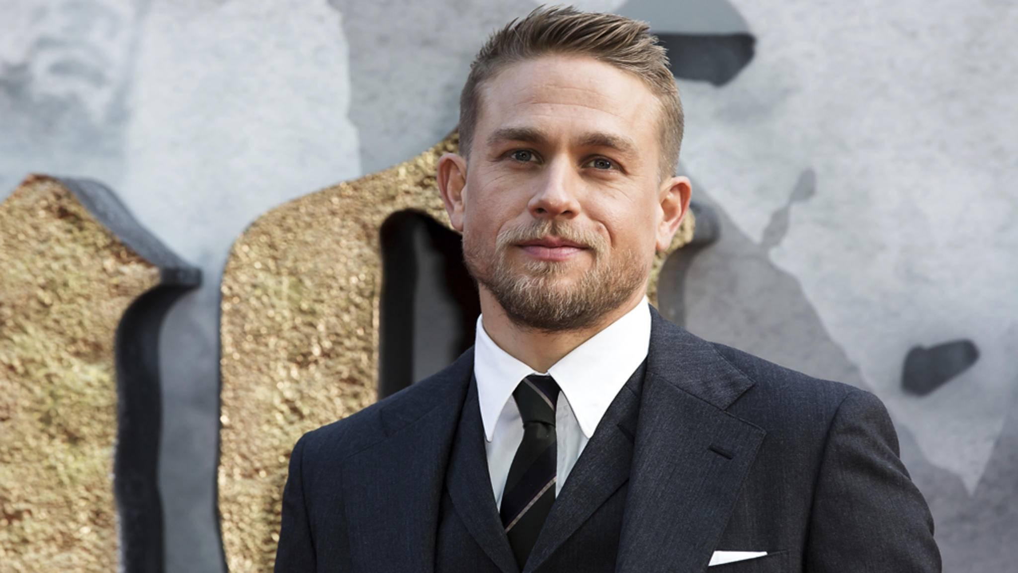 Den passenden Anzug für die Rolle des James Bond hätte Charlie Hunnam schon mal.