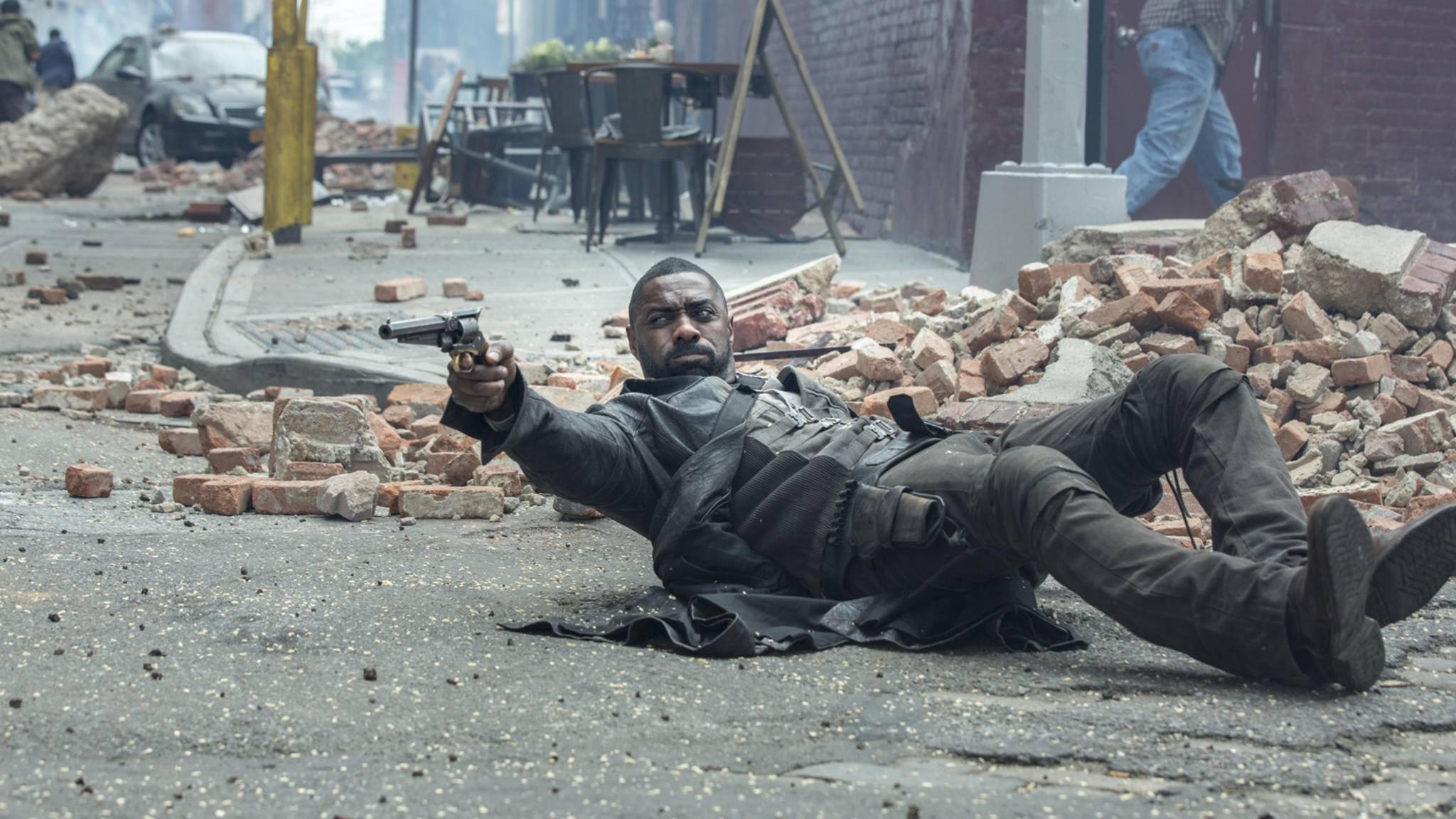 """Hände hoch! Auch in """"Hobbs & Shaw"""" greift """"Dark Tower""""-Star Idris Elba wieder zur Waffe."""