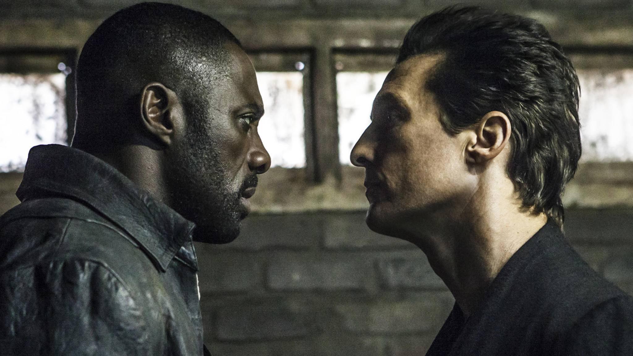 """Gunslinger Roland Deschain (Idris Elba, l.) stellt sich in """"Der Dunkle Turm"""" dem personifizierten Bösen (Matthew McConaughey, r.) entgegen."""
