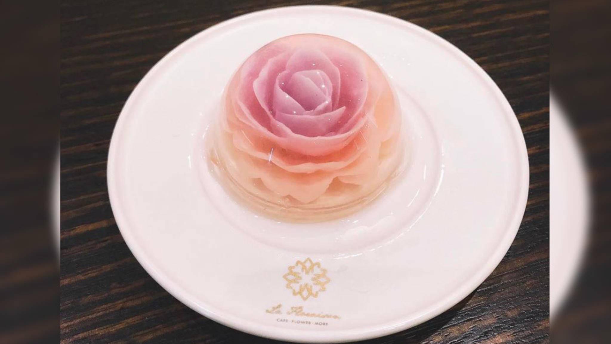 Der florale Raindrop-Cake ist ein echter Hingucker, der Geschmack ist laut zahlreicher User eher zweitrangig.