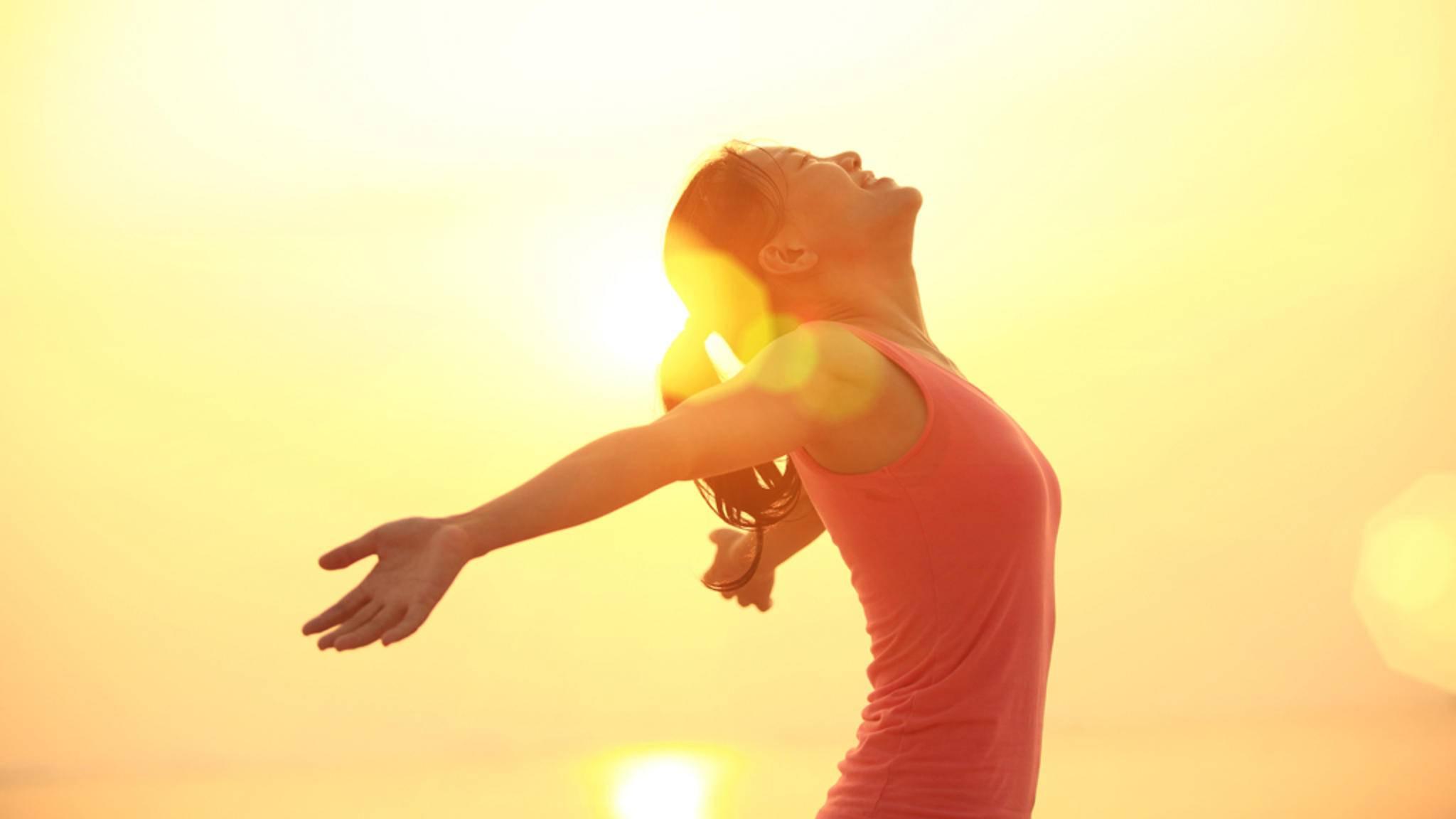 Wer mit Frühsport in den Tag startet, fühlt sich ausgeglichener und wacher.