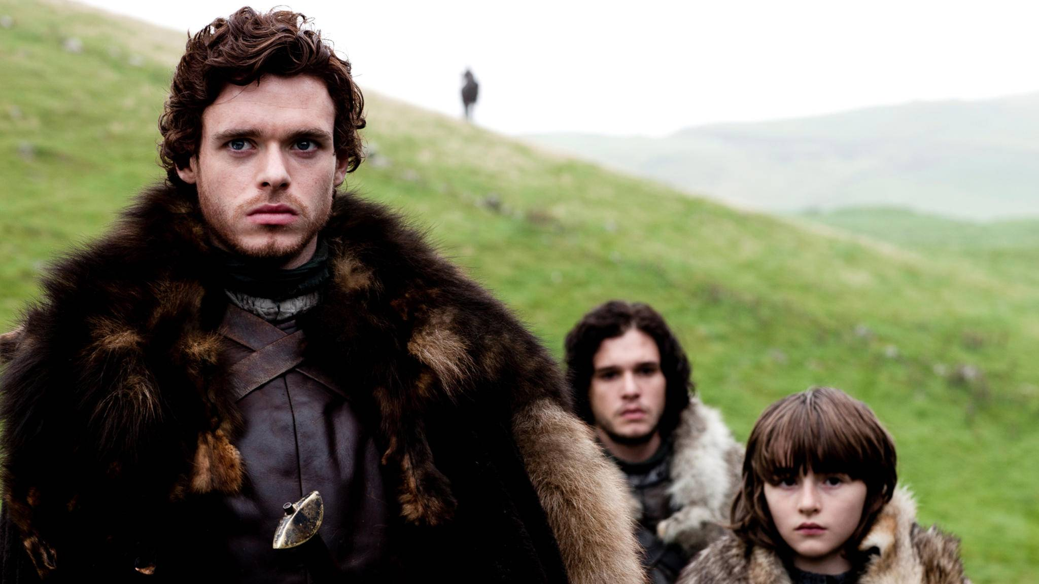 Robb Stark (vorne links) mit seinen Brüdern Jon Snow (hitnen mittig) und Bran Stark (rechts).