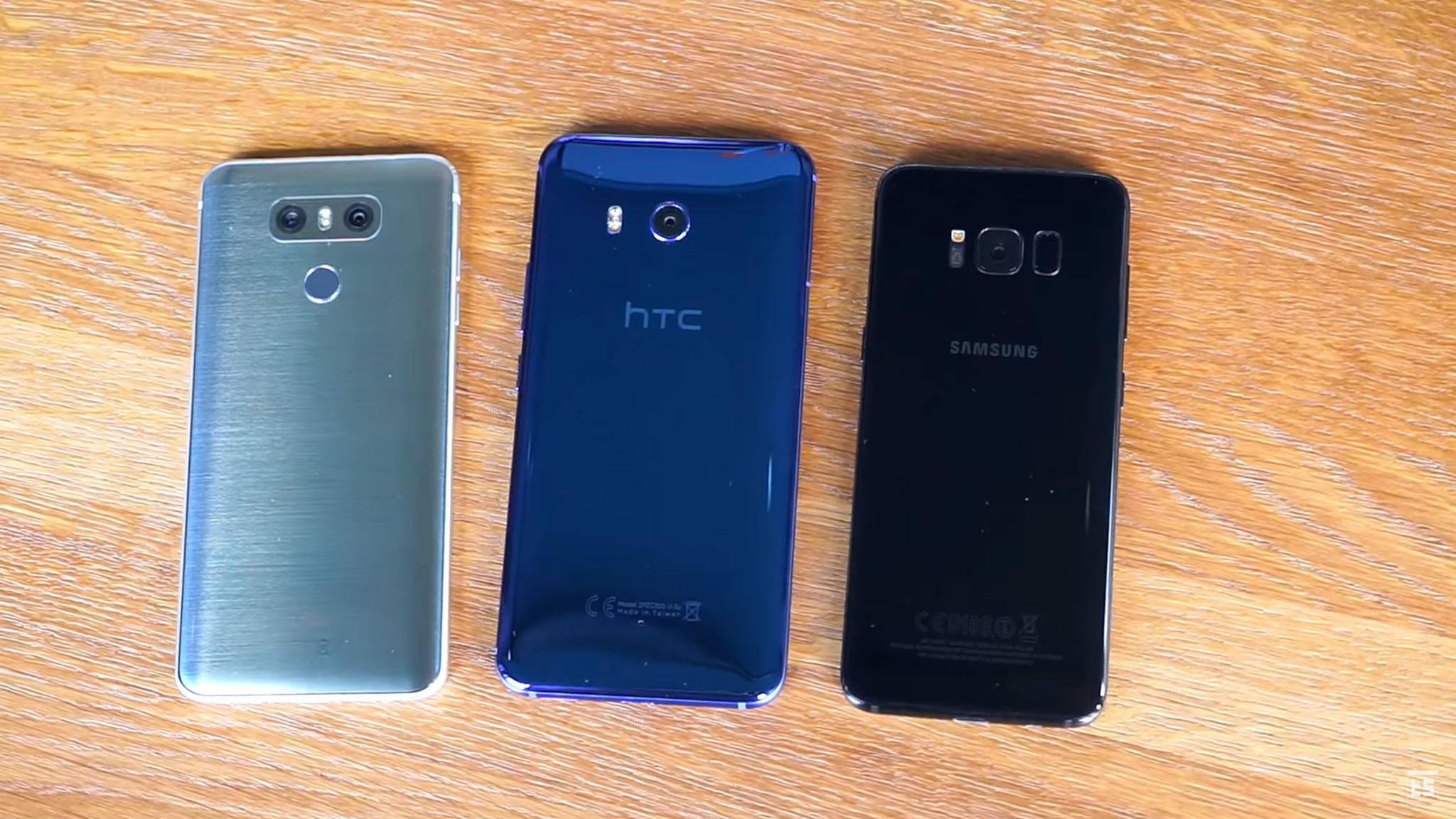 Wie schlägt sich das HTC U11 (mitte) im Vergleich mit anderen Flaggschiff-Smartphones, etwas dem LG G6 (links) oder dem Galaxy S8 (rechts).
