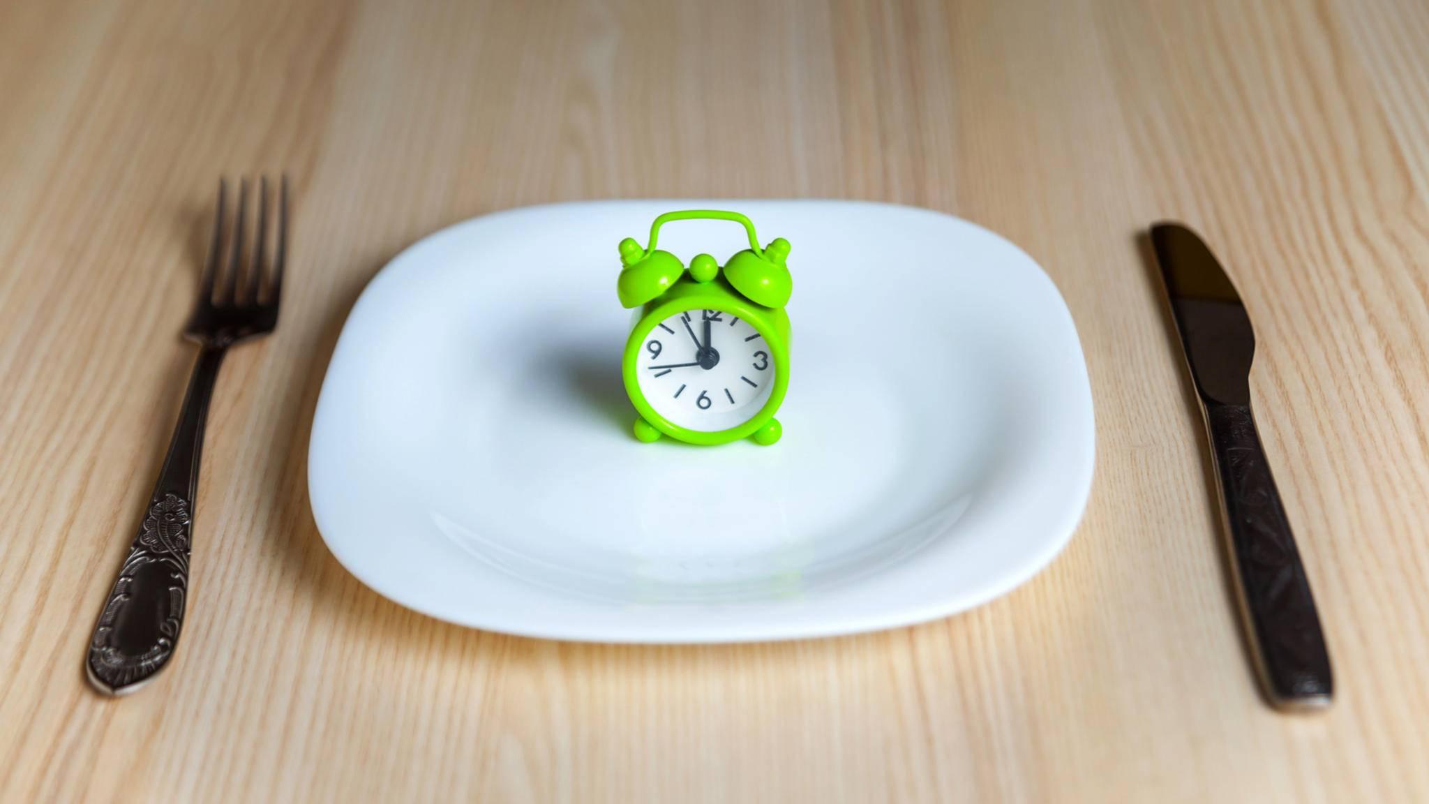 Beim Intervallfasten wird die Kalorienzufuhr an bestimmten Tagen streng gedrosselt.