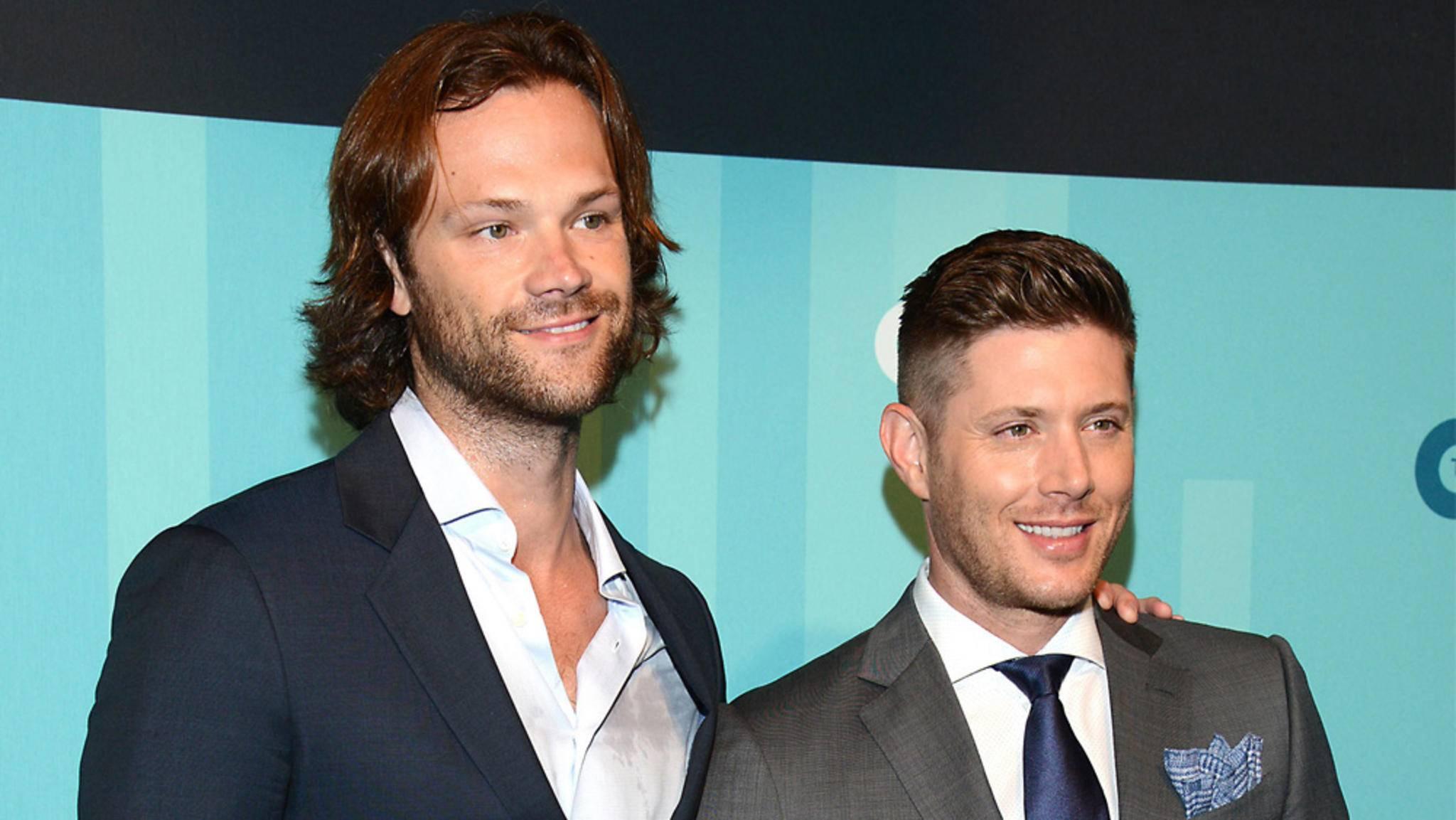 Jared Padalecki (l.) und Jensen Ackles (r.) jagen bald mit vierbeiniger Unterstützung Monster und Dämonen – zumindest für eine Folge.