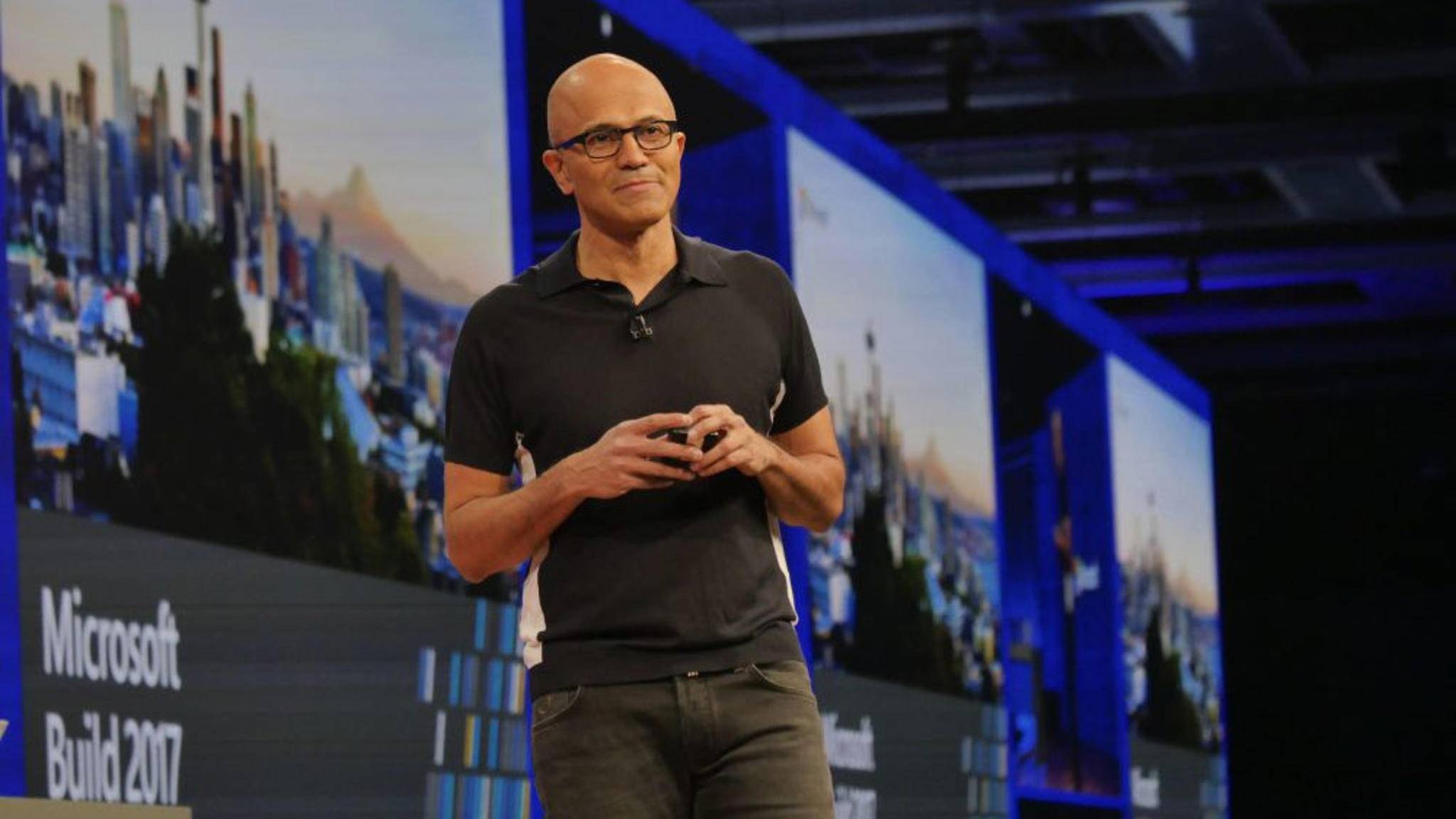 Microsoft-Boss Satya Nadella kündigt neue Windows 10-Features an.