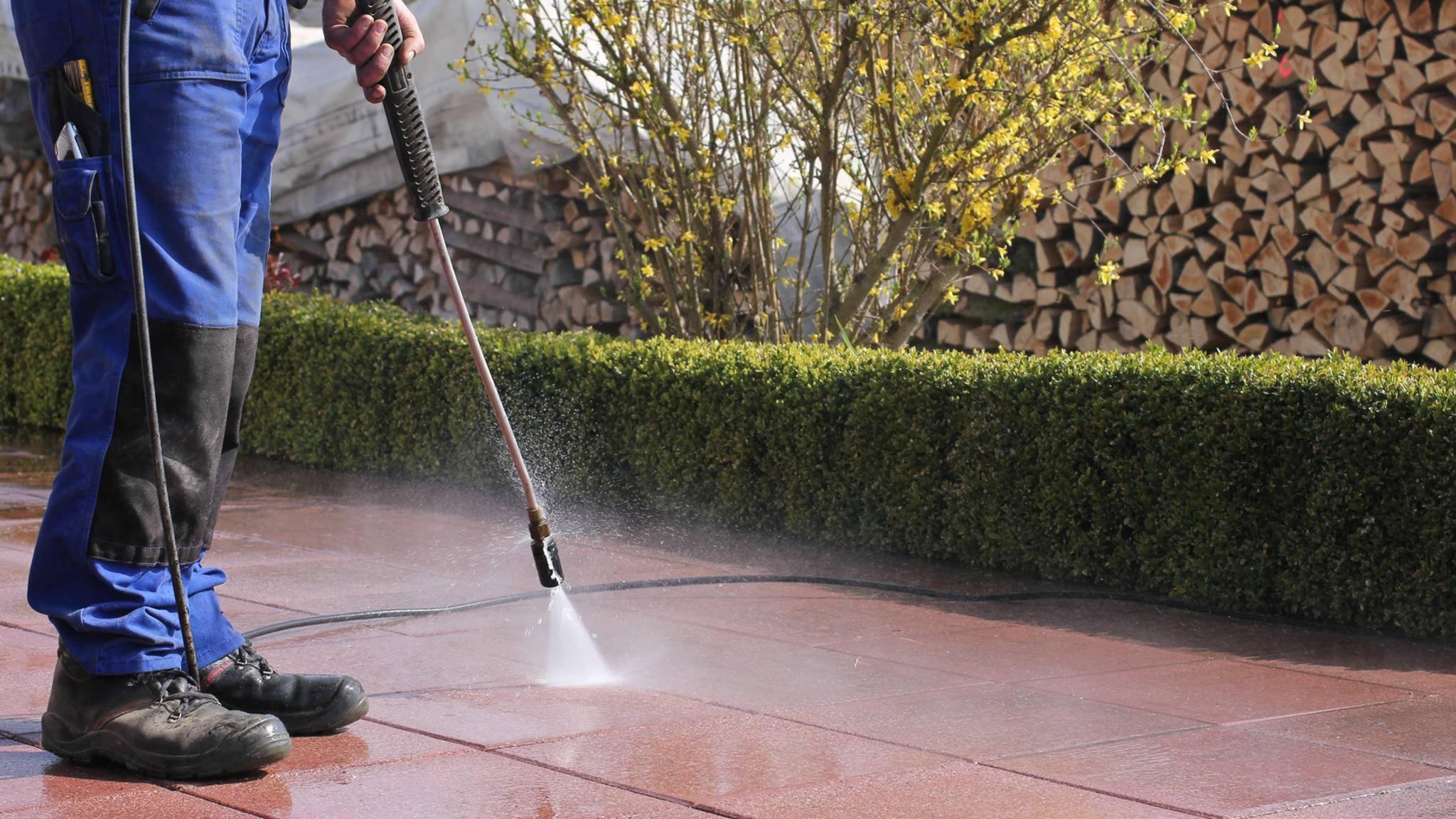 Die Terrassenreinigung mit Hochdruckreiniger ist rückenschonend – und macht Spaß.