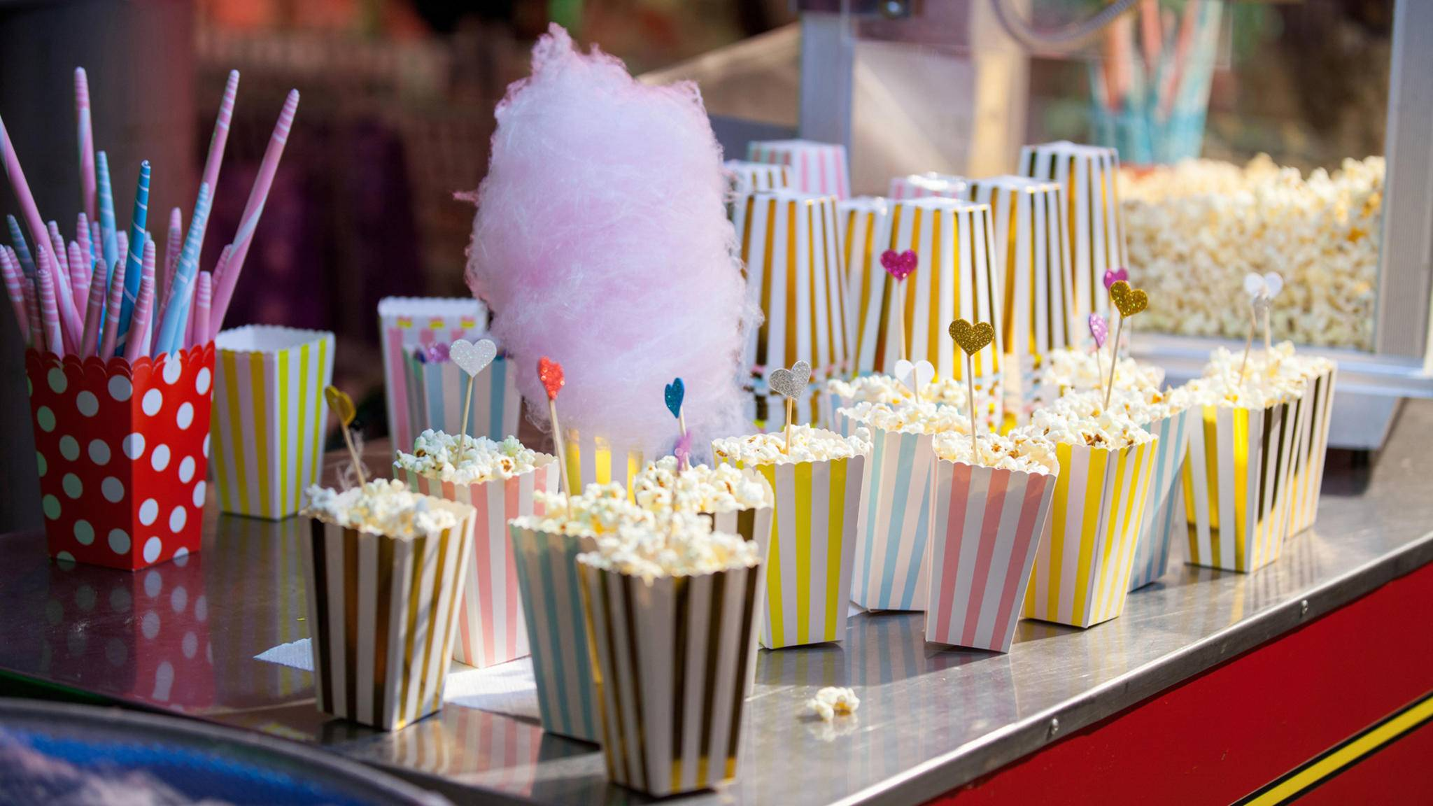Lecker schmecker! Auf Volksfesten locken viele süße bis salzige Snacks.