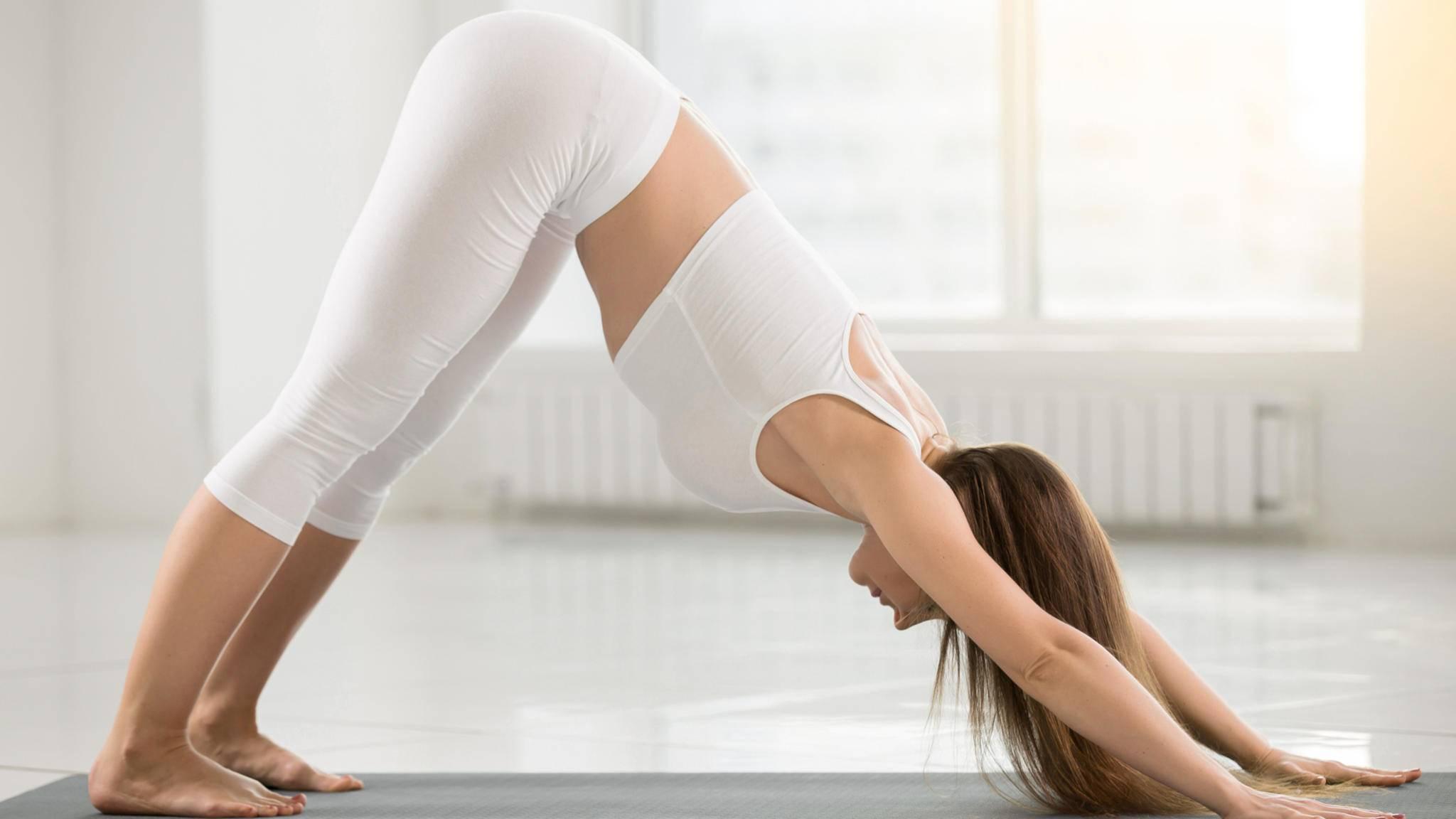 Der herabschauende Hund ist nur eine Yogapose, die bei Rückenschmerzen helfen kann.