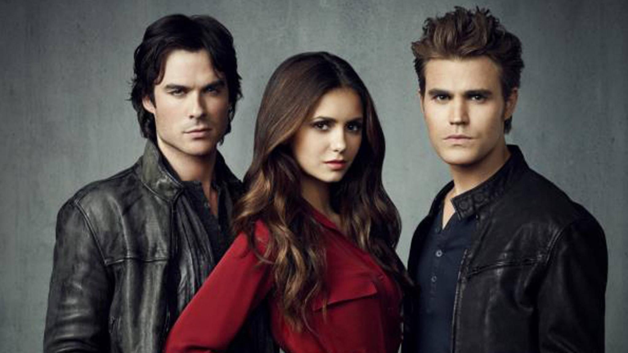 """Damon, Elena und Stefan (v.l.) verabschieden sich von ihren Fans: Staffel 8 ist die letzte der """"Vampire Diaries""""."""