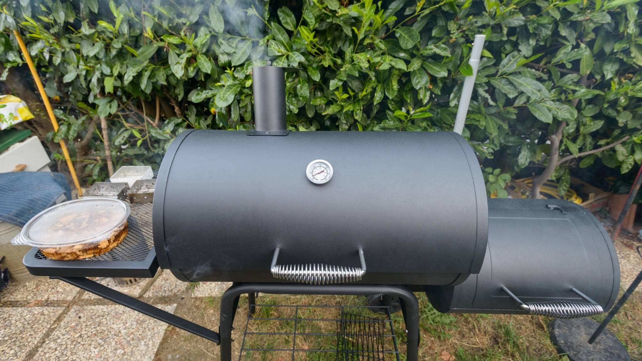 Im Smoker gart das Grillgut für lange Zeit bei niedrigen Temperaturen – und wird dabei richtig schön zart.