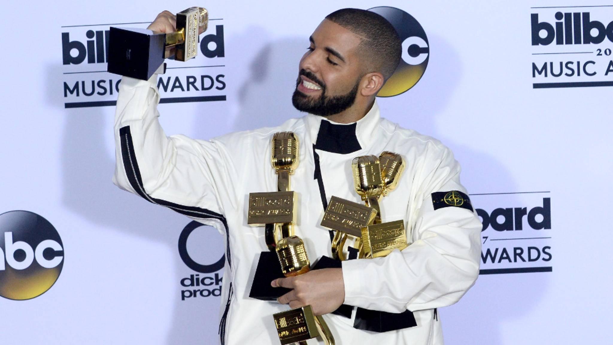 Alle Hände voll: Rapper Drake mit einem Teil seiner Ausbeute bei den Billboard Music Awards 2017.