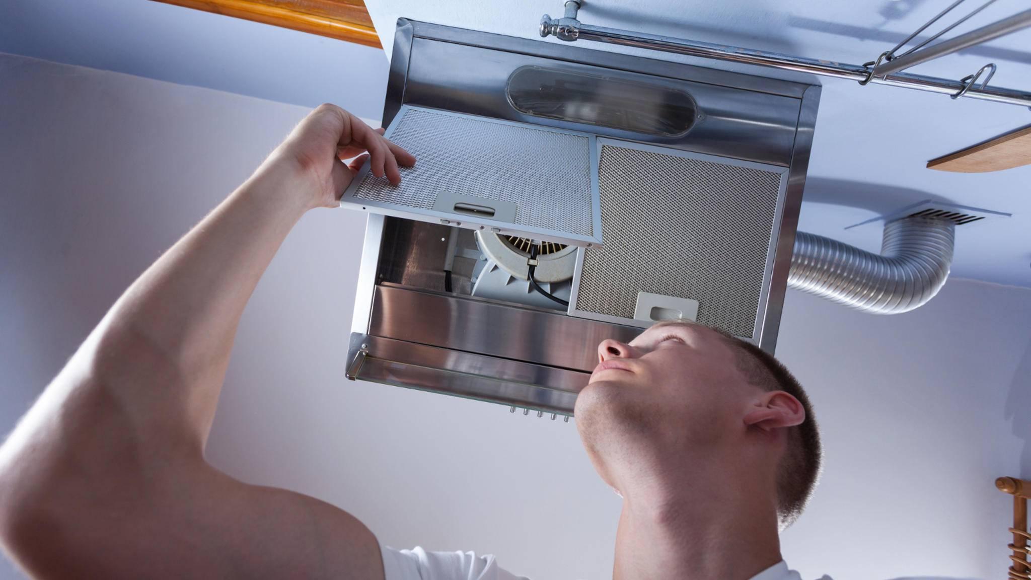 Damit die Dunstabzugshaube ihren Dienst tut, müssen ihre Filter regelmäßig ausgebaut und gereinigt werden.