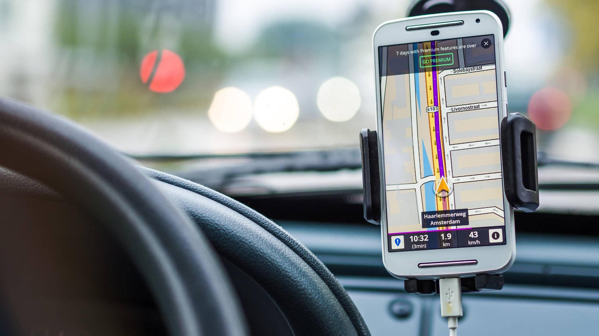 Damit dem Smartphone unterwegs nicht der Saft ausgeht, versorgst Du es im Auto am besten mit Strom aus dem Zigarettenanzünder.